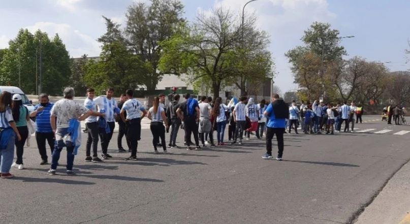 Hinchas empiezan a ingresar al Monumental de Núñez para el Perú vs Argentina. Foto: Olé