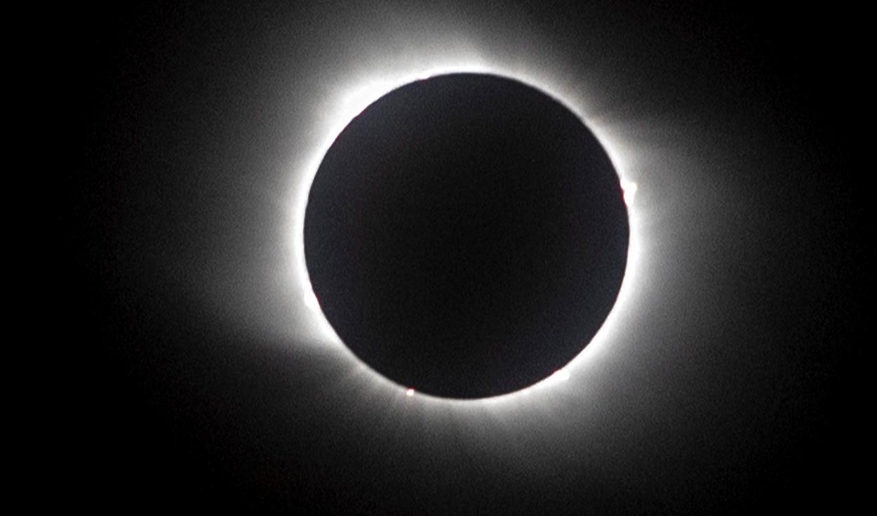 Se observa el eclipse total solar en Chile. Foto: AFP