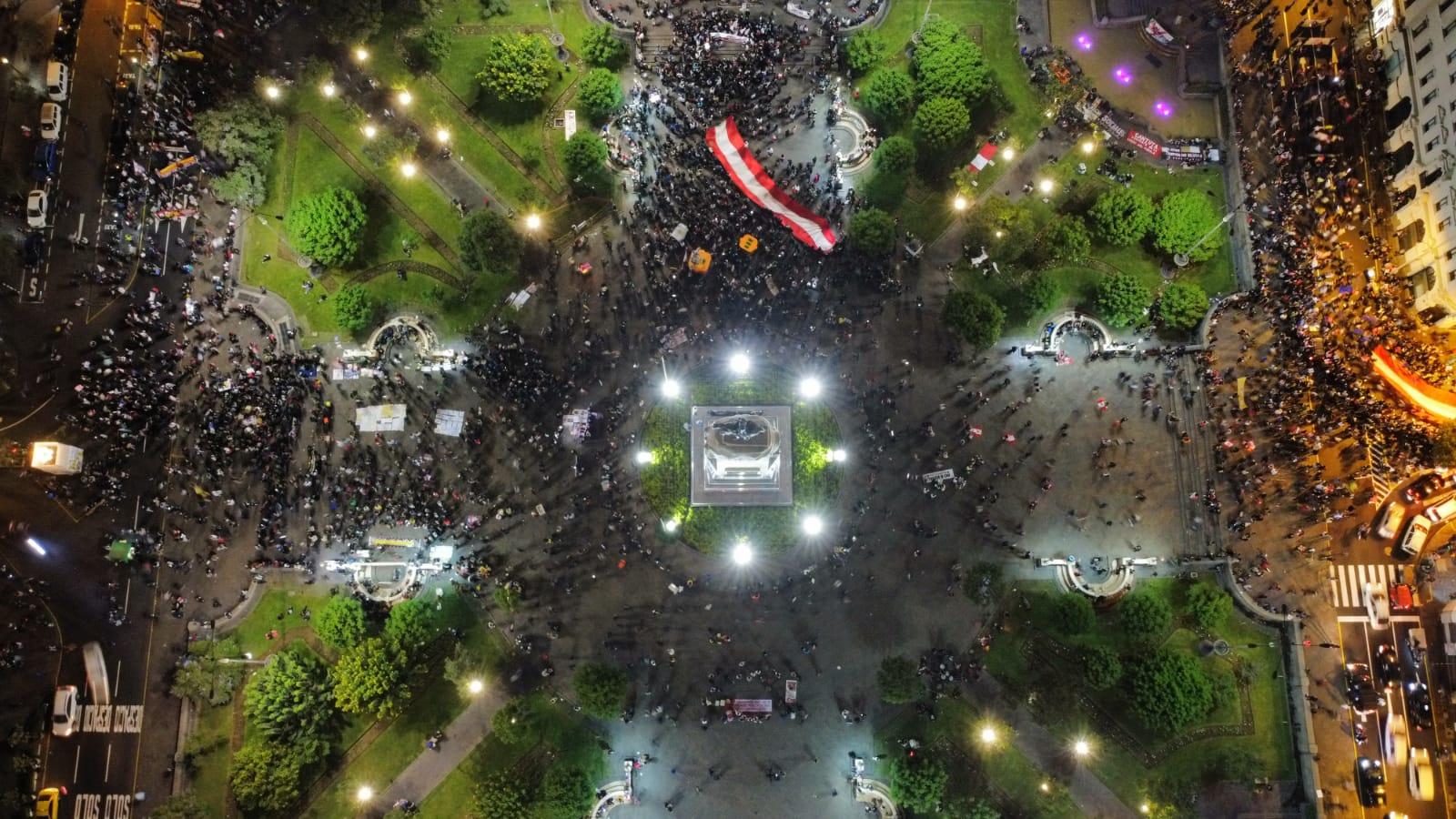 Varias personas aún permanecen en la Plaza San Martín manifestándose contra la candidata. Foto: Aldair Mejia/La República