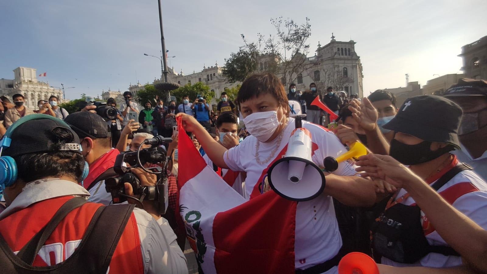 Manifestantes rechazan presencia de Richard Cisneros en la marcha contra la vacancia presidencial