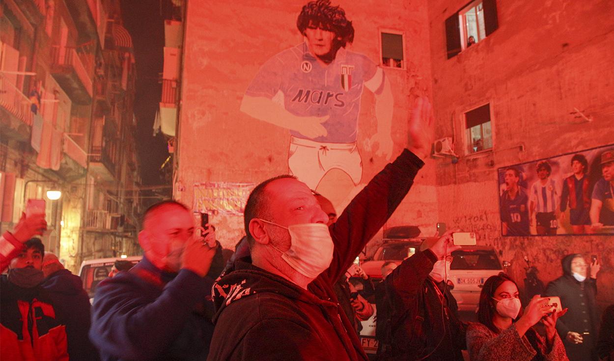 Hinchas de Maradona rinden tributo a su héroe en las calles de Nápoles.