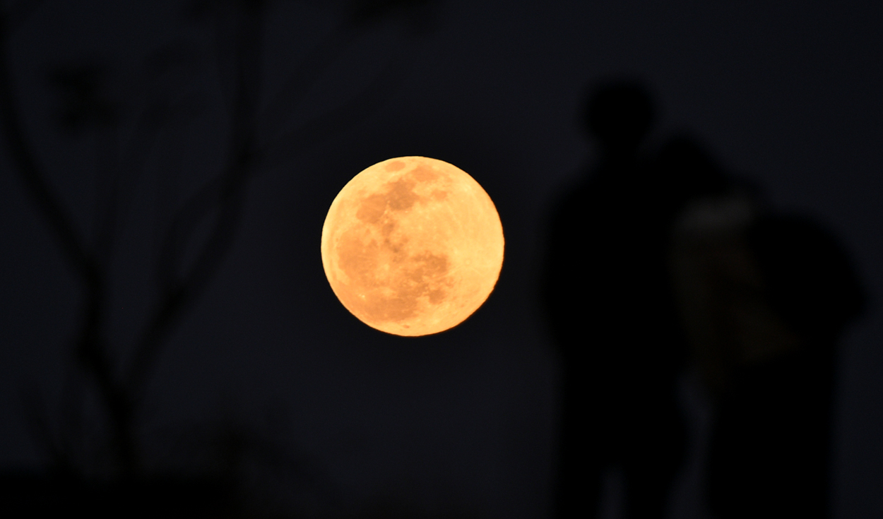 La primera luna del año ya es visible en la capital de Nepal, Katmandú.