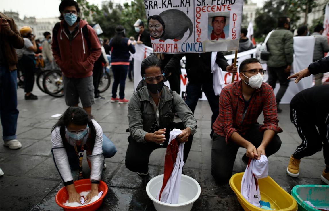 Manifestantes lavan camisetas de la Selección. Fotos: Aldair Mejia/La República