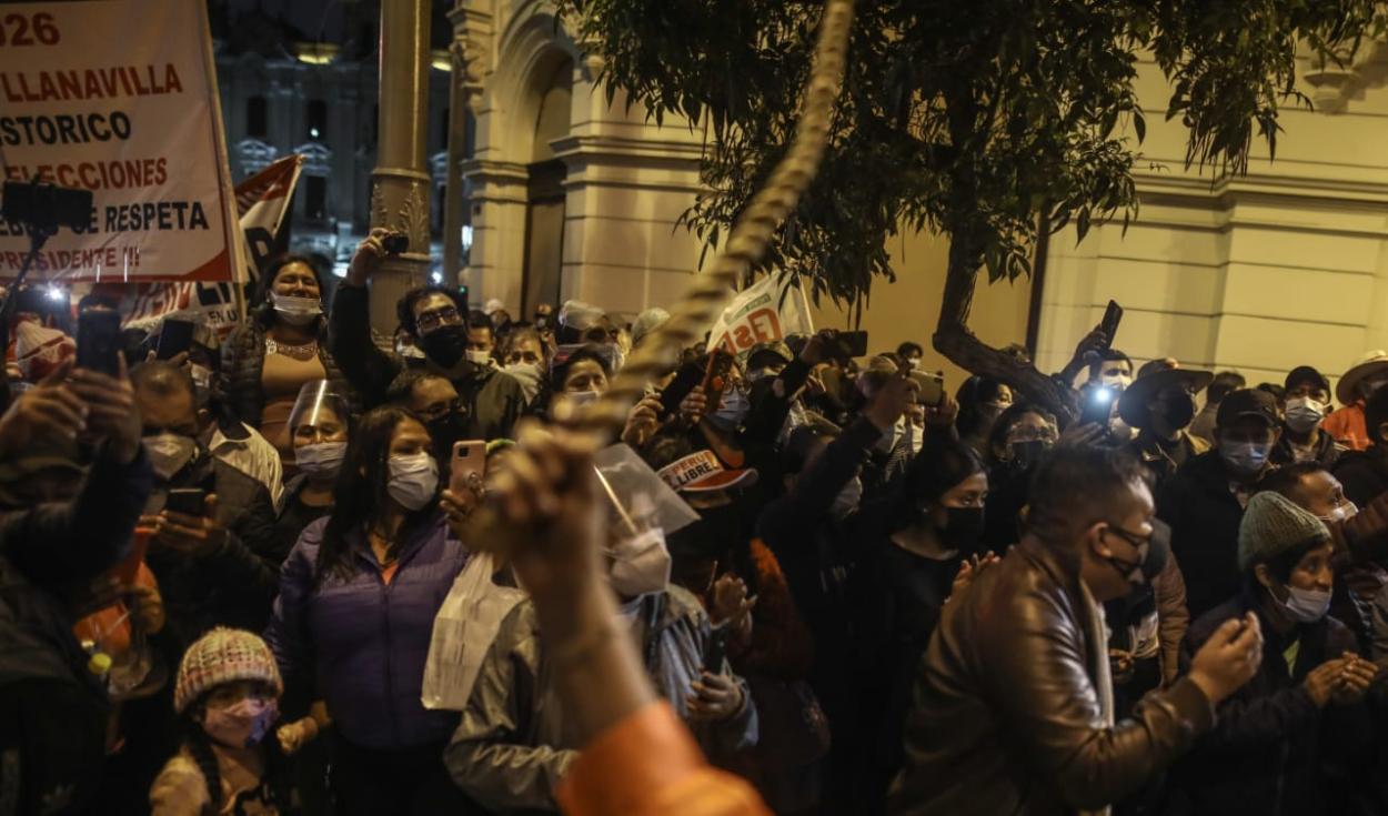 Simpatizantes de Perú Libre marchan por las calles del centro histórico de Lima. Foto: Aldair Mejía/La República