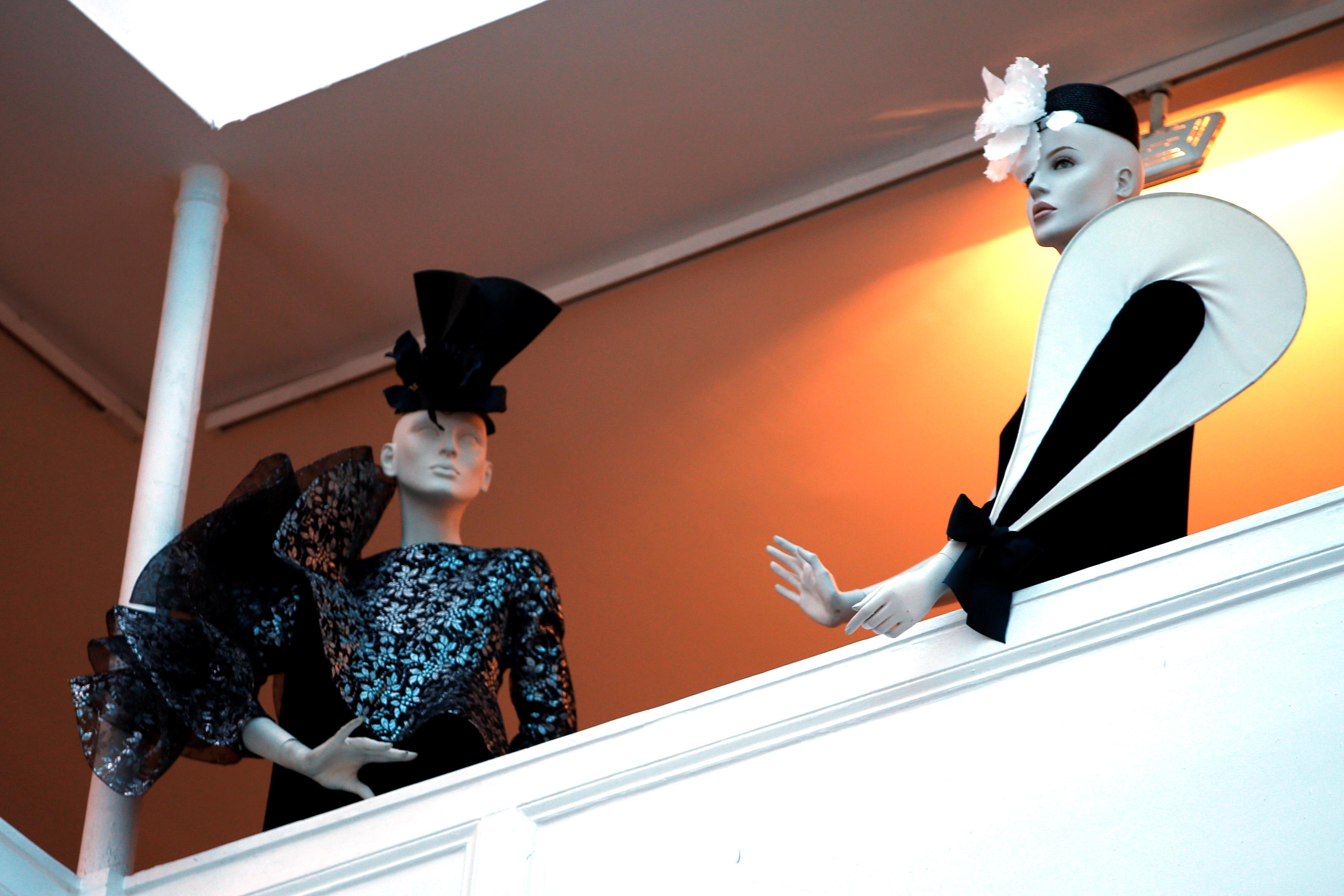 Con mucho talento para el diseño de moda, en 1945 Pierre Cardin llegó a París y empezó a trabajar para Paquin y luego para Elsa Schiaparelli. Ese mismo año conoció a Jean Cocteau y Christian Berard, con quienes diseñó máscaras y vestuario para su película