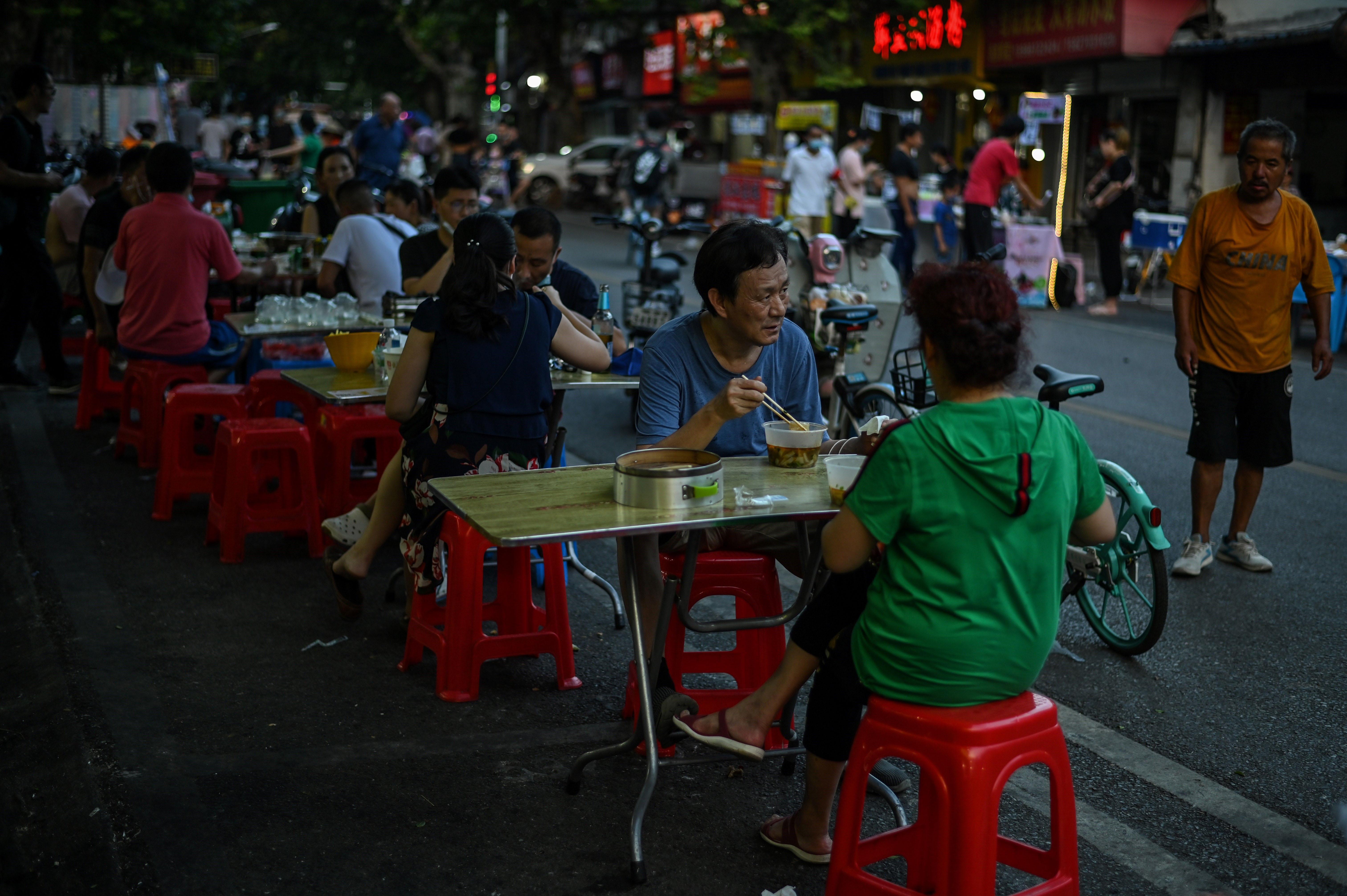 Miles de wuhaneses hacen fila todas las mañanas frente a caravanas que venden desayunos. Una escena que contrasta con la multitud que acudía en masa a los hospitales de la ciudad durante el invierno, angustiados por el nuevo coronavirus