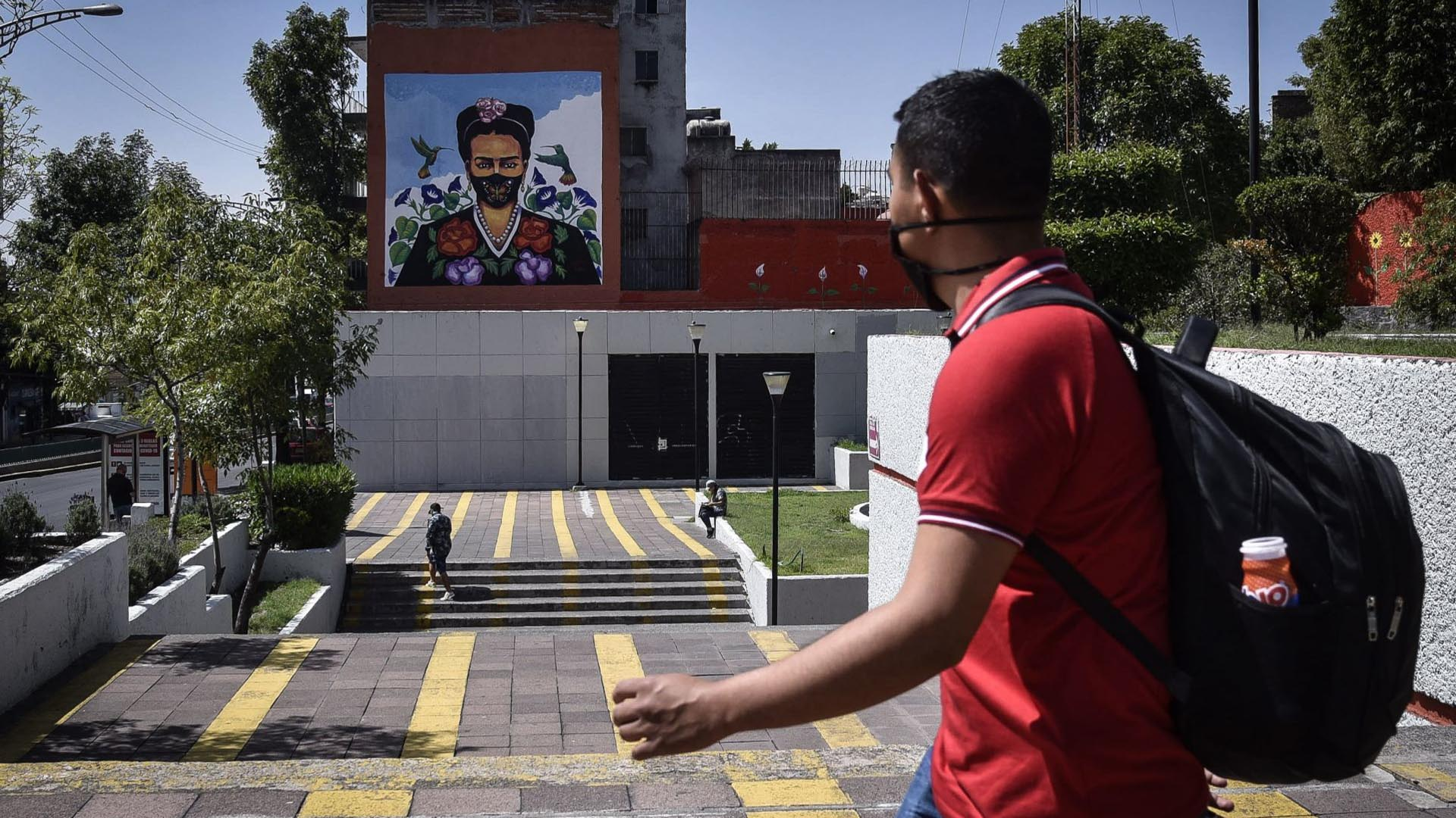 """The mural called """"Frida in times of the pandemic"""" by the artist Julio Ferrá Calzada is located on one side of Parque Lira avenue at the height of Metro Constituyes.  The mural was made to raise awareness about the use of face masks to reduce COVID-19 infections, and as a tribute to commemorate the death anniversary of Magdalena Carmen Frida Kahlo Calderón (Photo: Cuartoscuro)"""