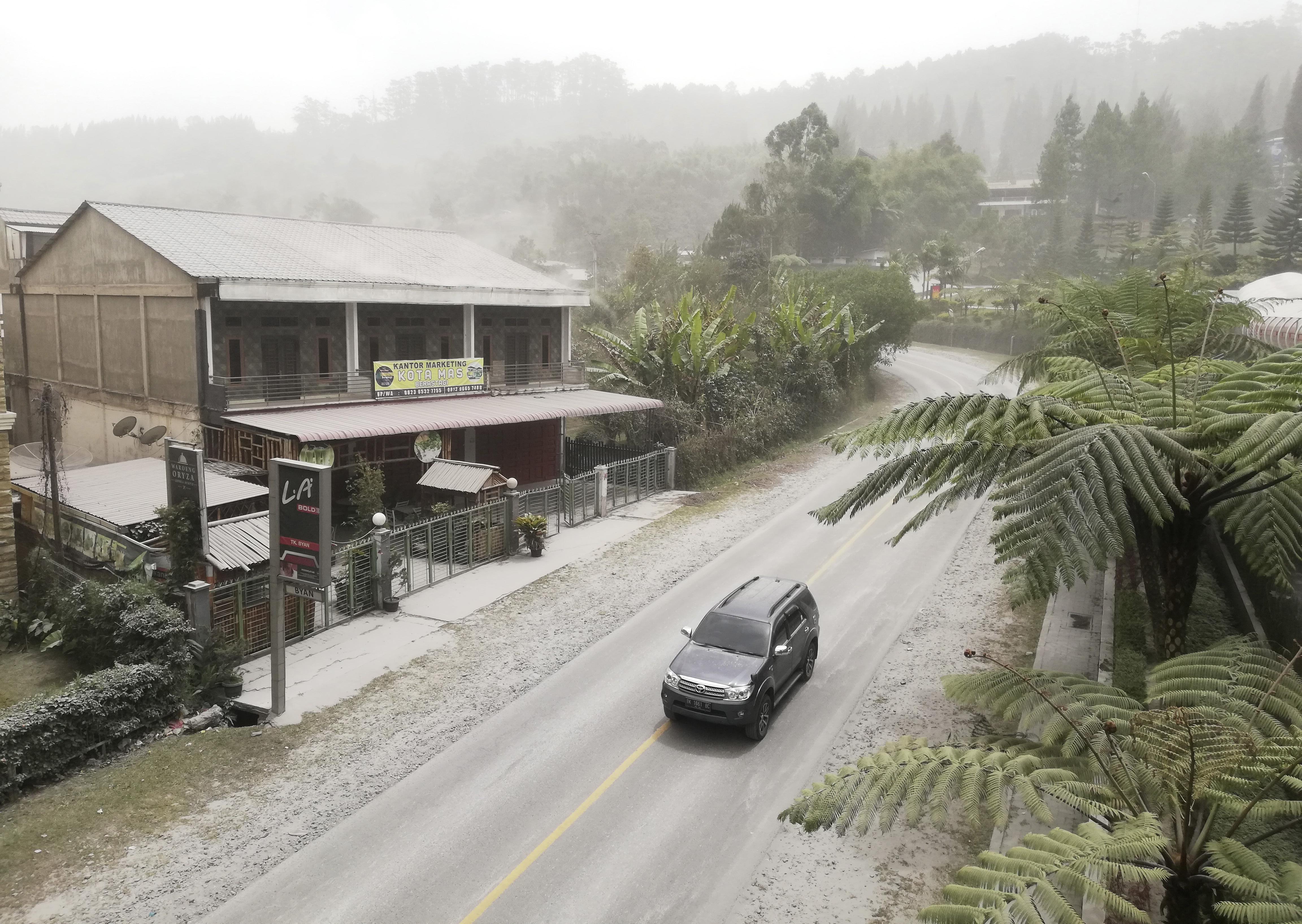 Unas 30.000 personas se han visto obligadas a abandonar sus hogares alrededor de Sinabung en los últimos años. (AP Photo/Sugeng Nuryono)