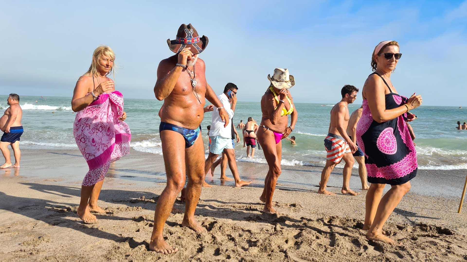 El sábado, los agentes de control cerraron la playa Cabo Corrientes por exceso de turistas. También un acceso de Playa Grande para evitar aglomeraciones de personas
