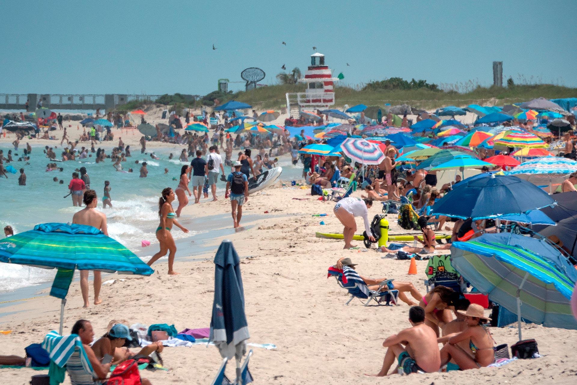 El avance de la pandemia amenaza con comprometer aún más el sistema sanitario de Florida, que ya tiene ocupados cerca del 80% de sus camas de internación y de cuidados intensivos. Según un reporte de CNBC, al menos 40 hospitales ya se quedaron sin espacio para atenciones de alta complejidad. (EFE)