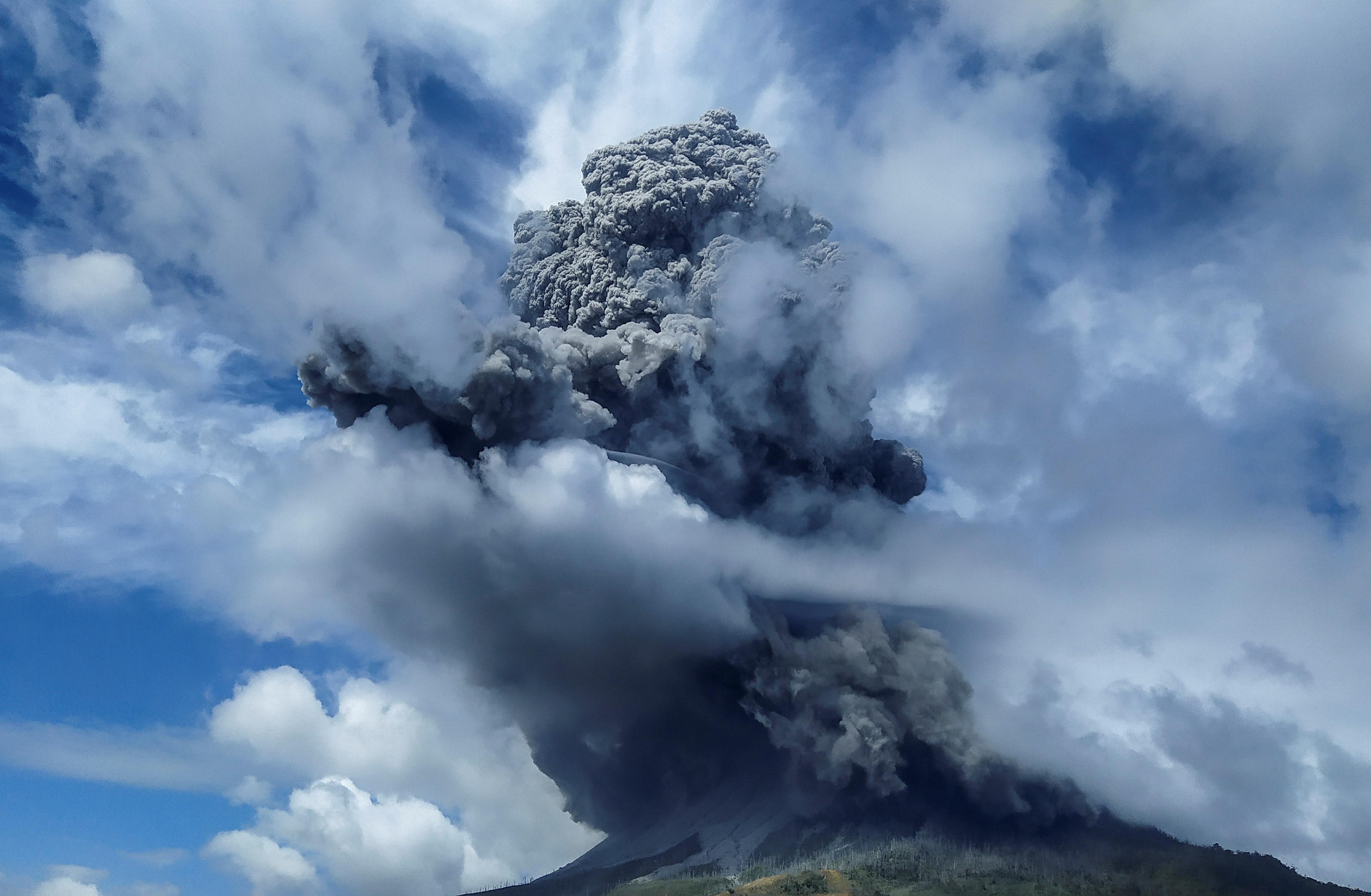 Sinabung se encuentra entre más de 120 volcanes activos en Indonesia, que es propenso a la agitación sísmica por encontrarse en el Cinturón de Fuego del Pacífico, un arco de volcanes y fallas que rodean la Cuenca del Pacífico. (Antara Foto/Sastrawan Ginting/ via REUTERS)