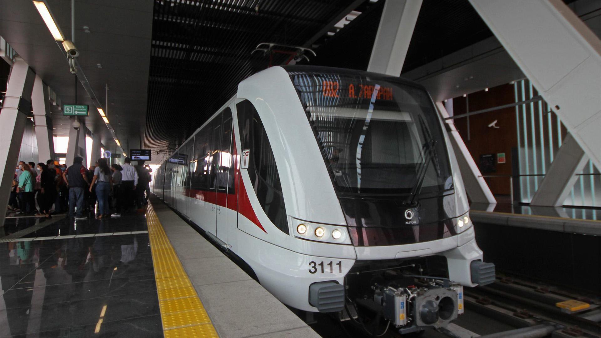 Personas invitadas al recorrido bajan del tren ligero en una de las estaciones por la cuales se realizo dicho recorrido (Foto: Cuartoscuro)