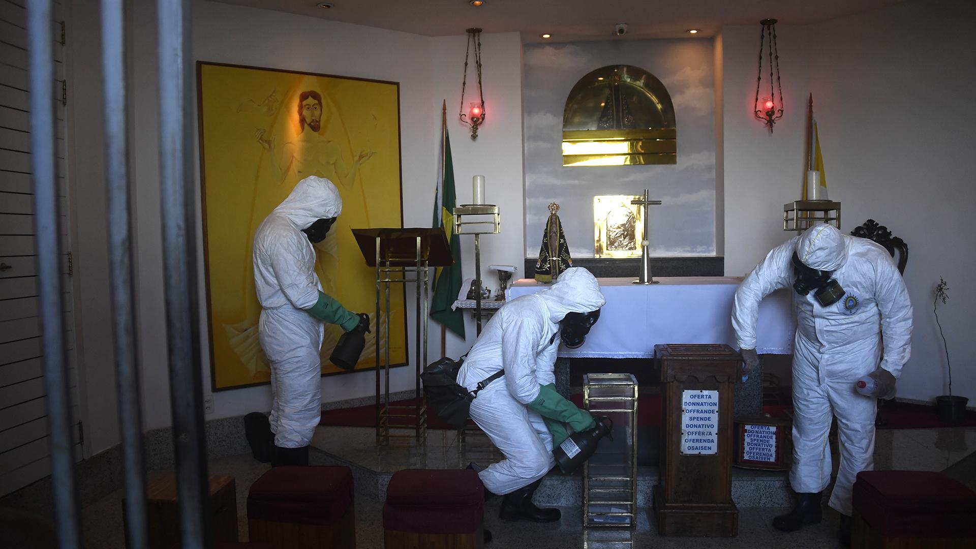 Tareas de limpieza antes de la apertura (Mauro PIMENTEL / AFP)