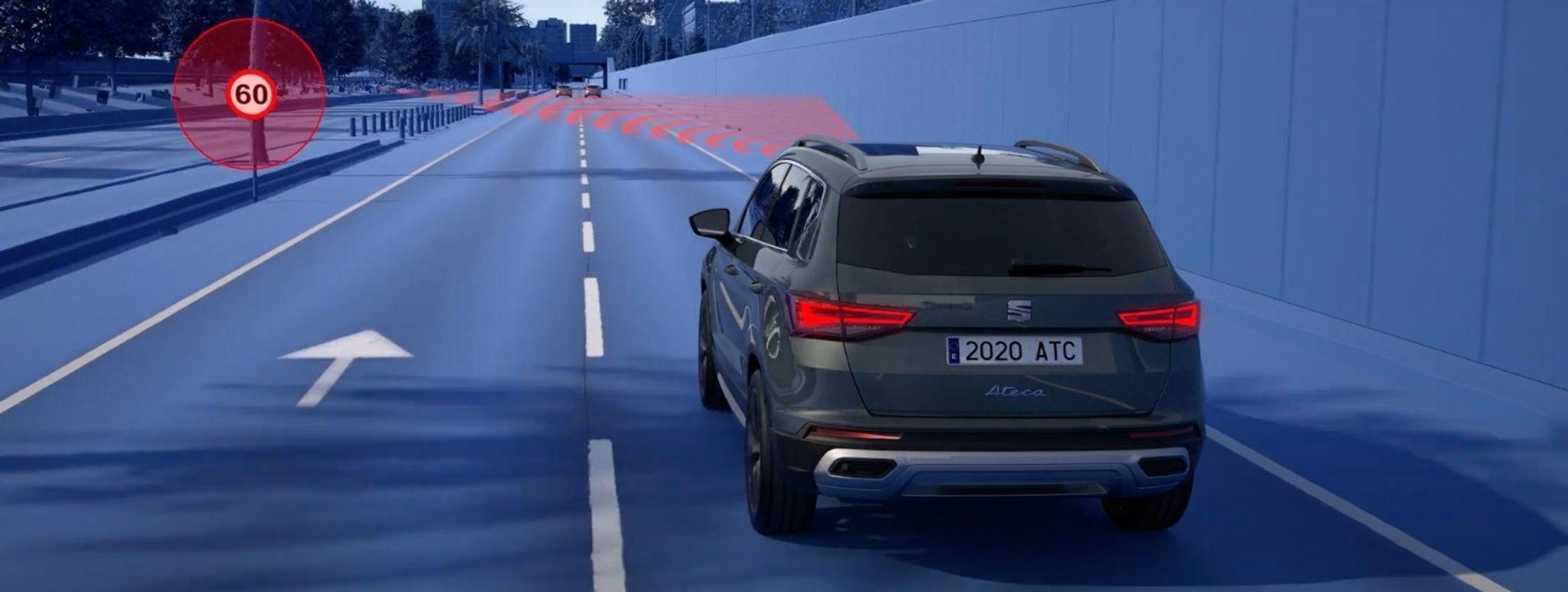 Las cámaras frontales del nuevo SEATLeón 2021 visualizan las señales de velocidad máxima. Foto: Seat/dpa