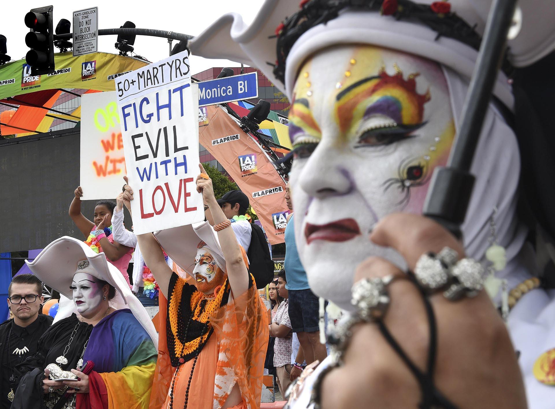 Los participantes muestran su apoyo a las víctimas del tiroteo en un club nocturno de Orlando durante el Desfile del Orgullo del 12 de junio de 20116 en Los Ángeles, California