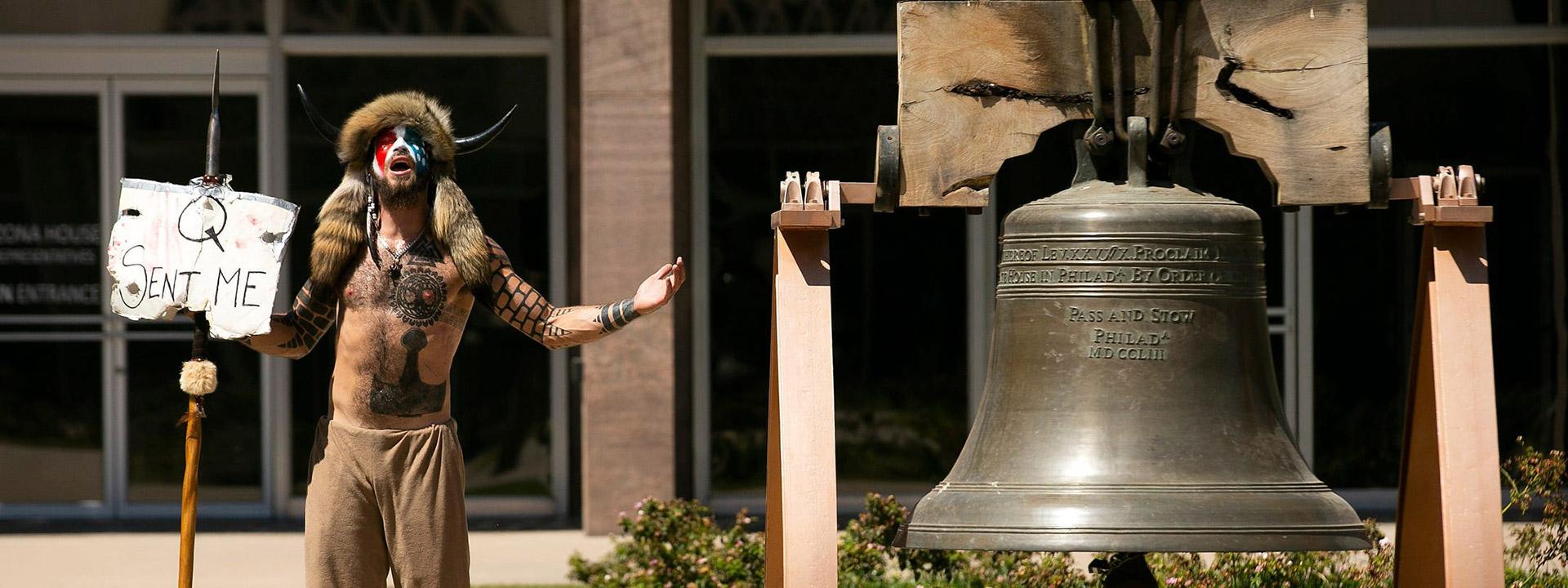 """Angeli con su cartel """"Q me envió"""" en una manifestación en Arizona"""