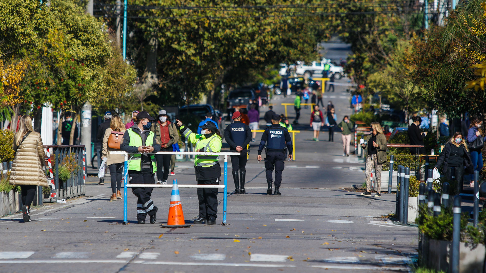 La policía estableció un sistema de vallado a partir de las 9 de la mañana en las calles San Juan y Güemes para hacerlas peatonales y facilitar el distanciamiento social (Christian Heit)