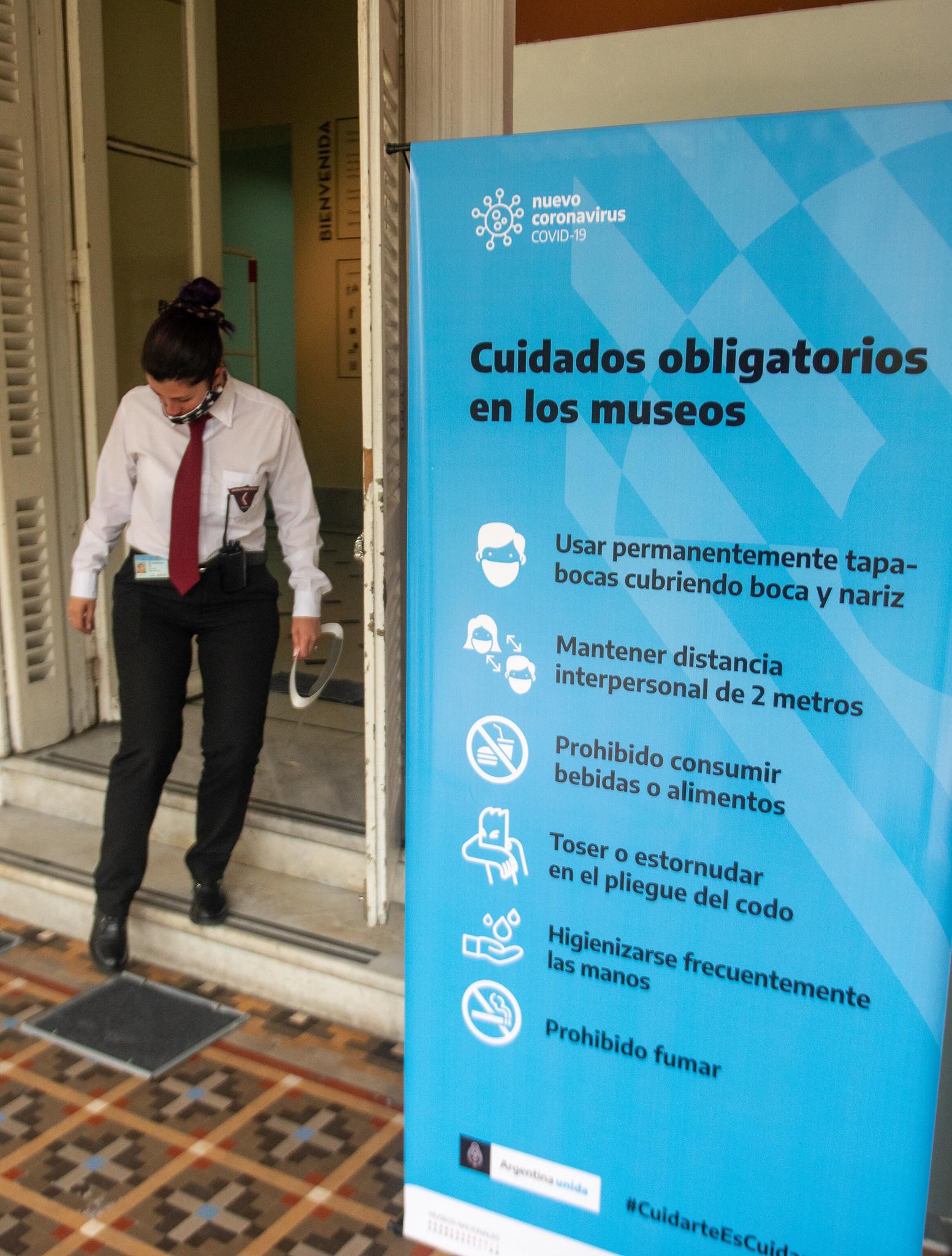 Está prohibido consumir bebidas o alimentos y se recomienda una constante higienización de las manos (Ministerio de Cultura)