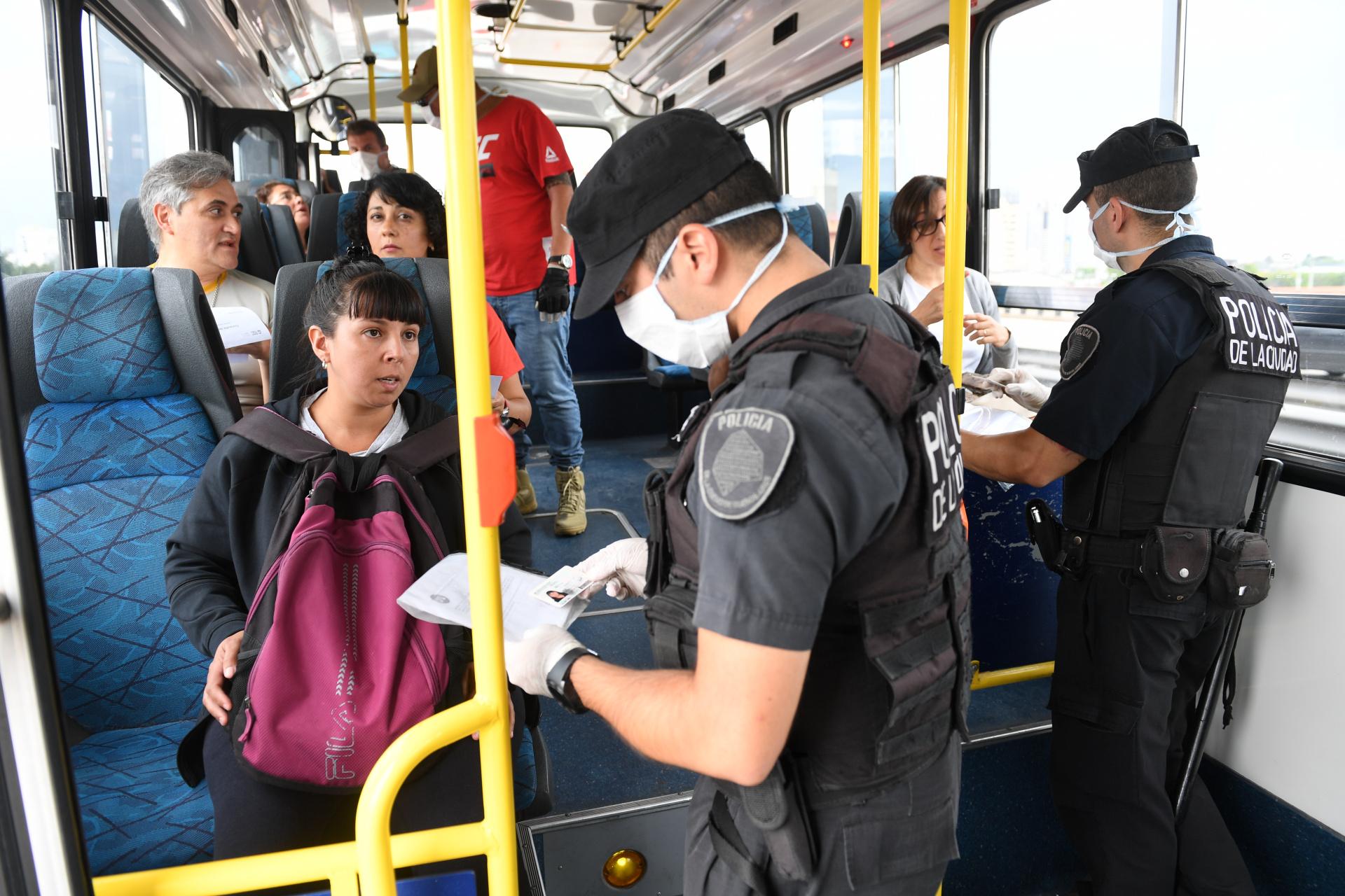 Luego que el gobierno de la ciudad de Buenos Aires cerrara con vallas 56 de los 111 accesos desde la provincia, quedaron sólo 13 habilitados para que la gente pudiera pasar esa frontera. Y el resto quedaron liberados para personal de Seguridad y Sanitario. En el Puente Pueyrredón, el control se hizo hasta sobre los ómnibus de pasajeros. En pocos días, la cantidad de personas que se trasladaron bajó en forma abrupta. Por no respetar las restricciones de la cuarentena, 1.700 personas fueron detenidas.