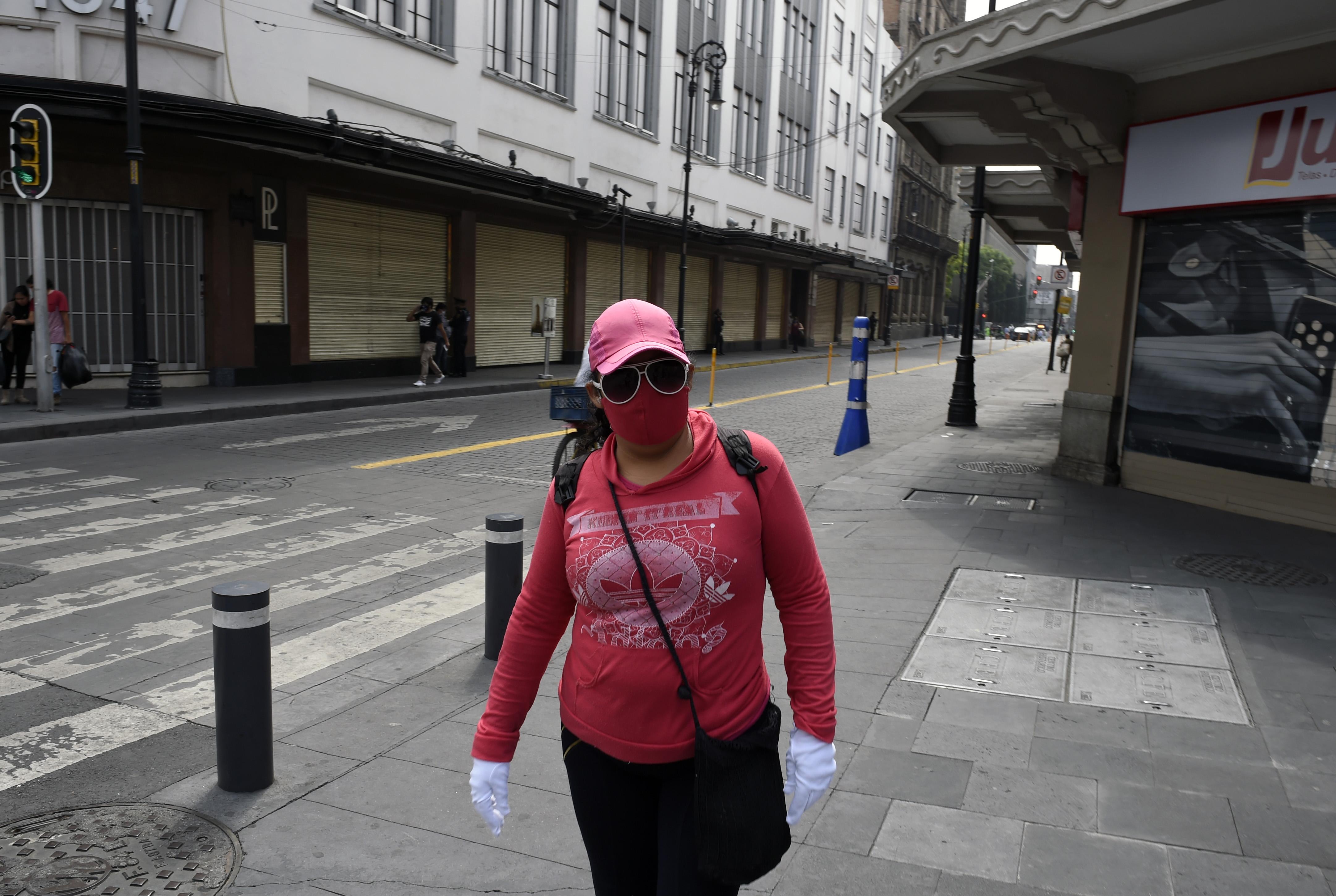 Una mujer camina por una calle del centro histórico de la Ciudad de México habilitada para ciclistas y peatones, como parte de las medidas de reapertura adoptadas por el gobierno el 29 de junio de 2020 durante la pandemia de COVID-19. (Foto: ALFREDO ESTRELLA / AFP)