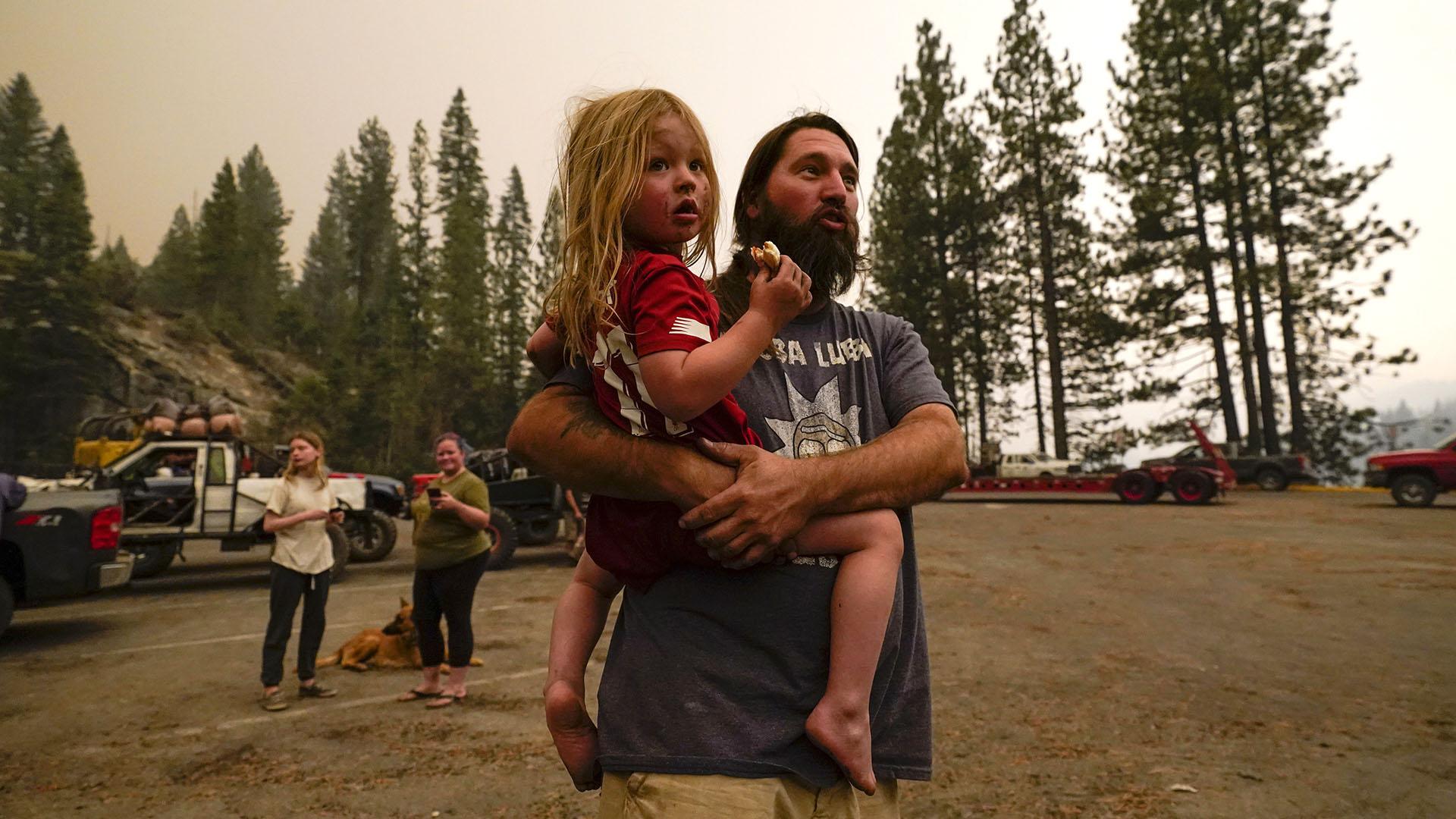 Varias comunidades en el área al noreste de Fresno recibieron la orden de evacuar debido a la amenaza inmediata a la vida. (AP/Marcio Jose Sanchez)
