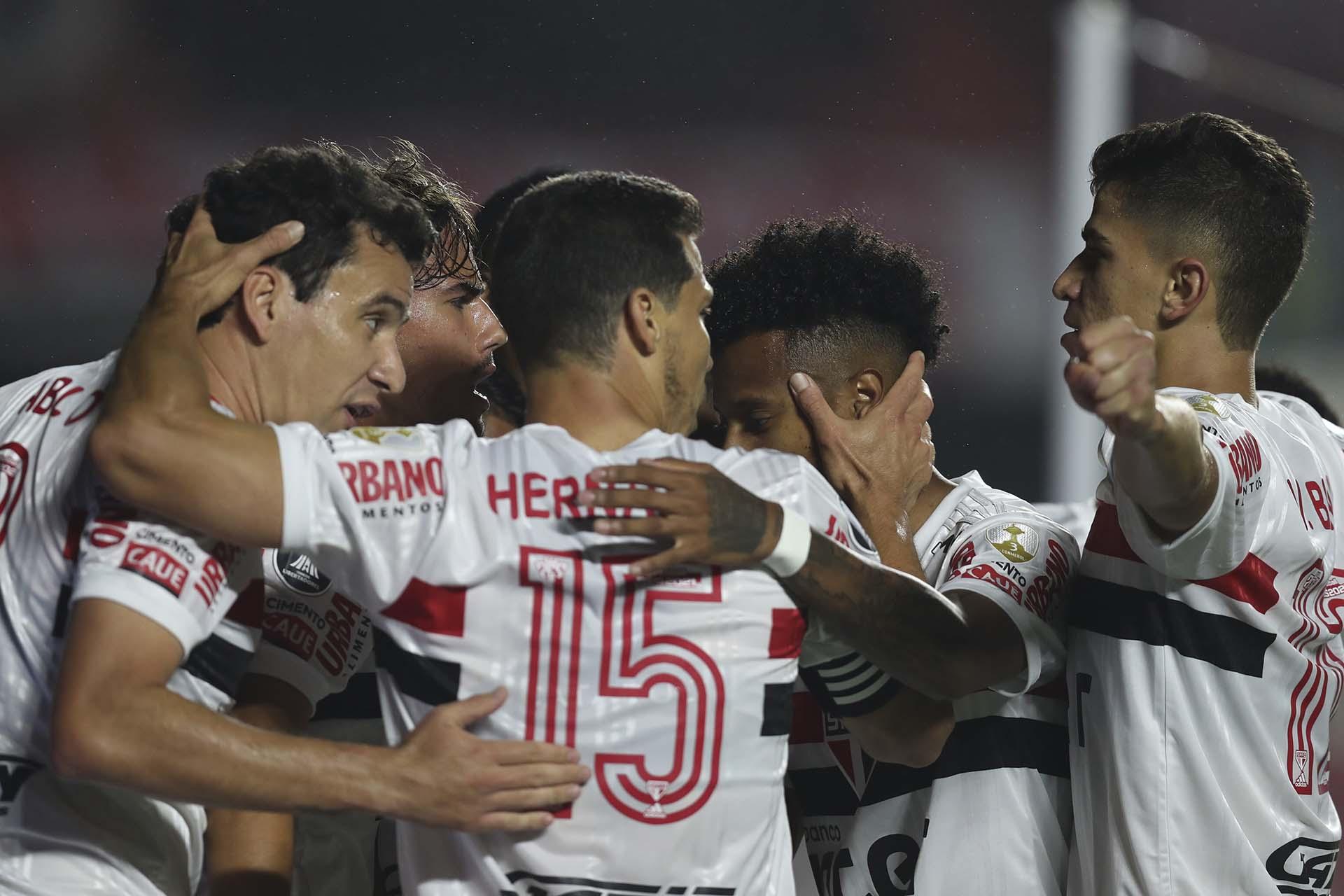 Los paulistas celebran el gol en contra de Enzo Pérez, tras el remate de Reinaldo (Fernando Bizerra/Pool via AP)