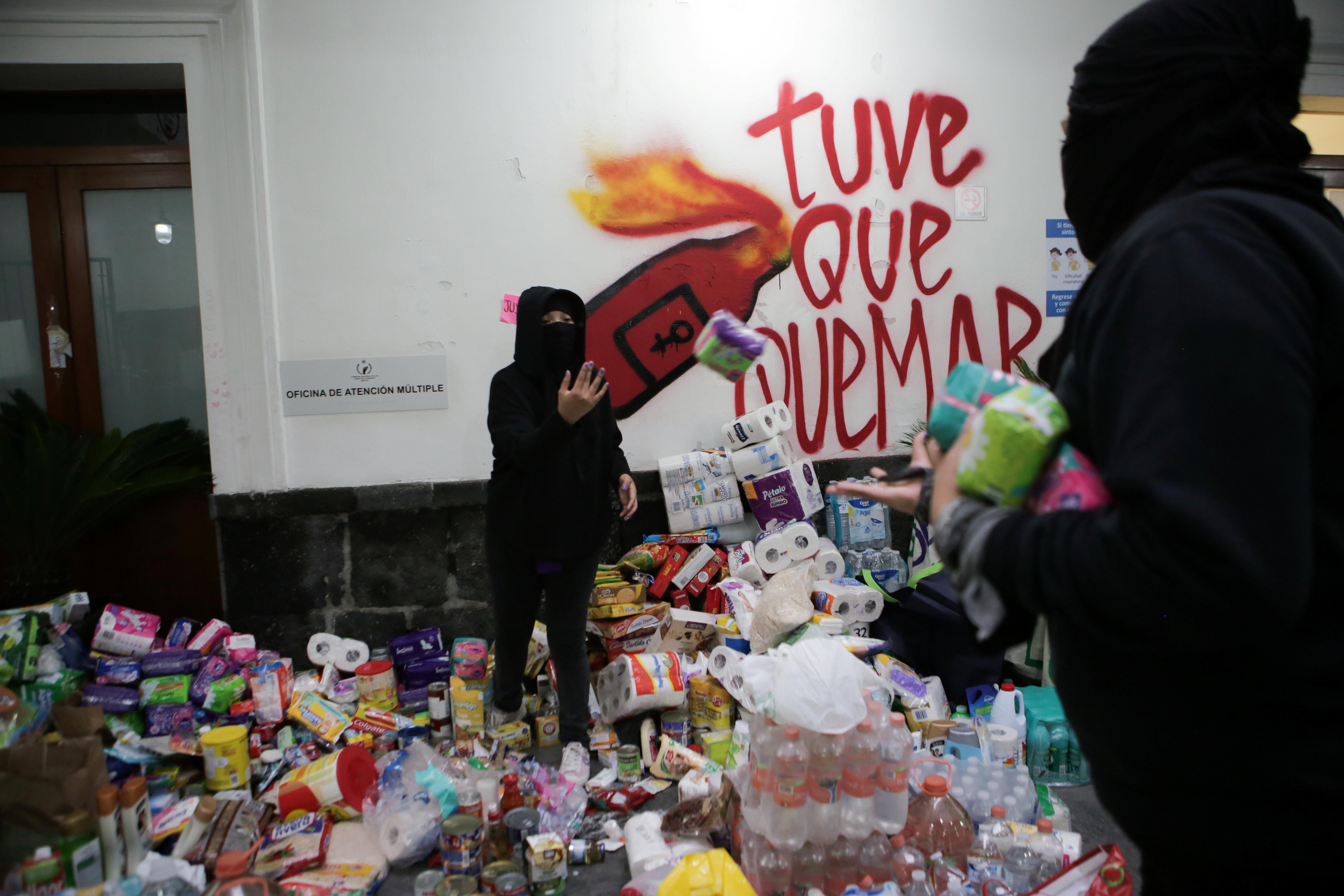 Miembros de un colectivo feminista organizan bienes donados mientras se apoderan de las instalaciones del edificio de la Comisión Nacional de Derechos Humanos, en apoyo a las víctimas de violencia de género, en la Ciudad de México, México, 10 de septiembre de 2020. Fotografía tomada el 10 de septiembre de 2020.