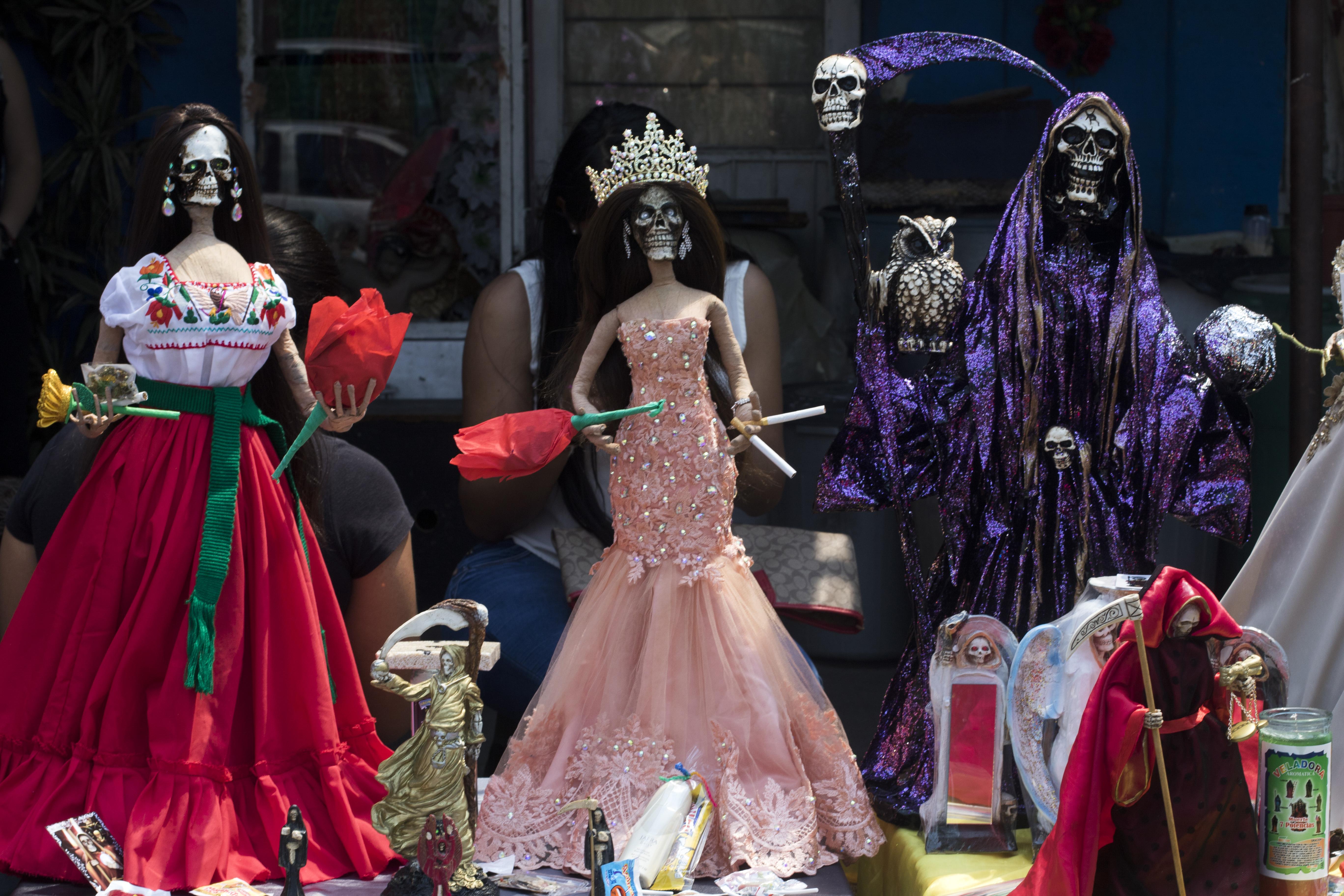 Las figuras de Santa Muerte colocadas por los devotos junto a su santuario en la calle Alfarería, en el barrio Tepito, de la Ciudad de México, el 1 de octubre de 2020