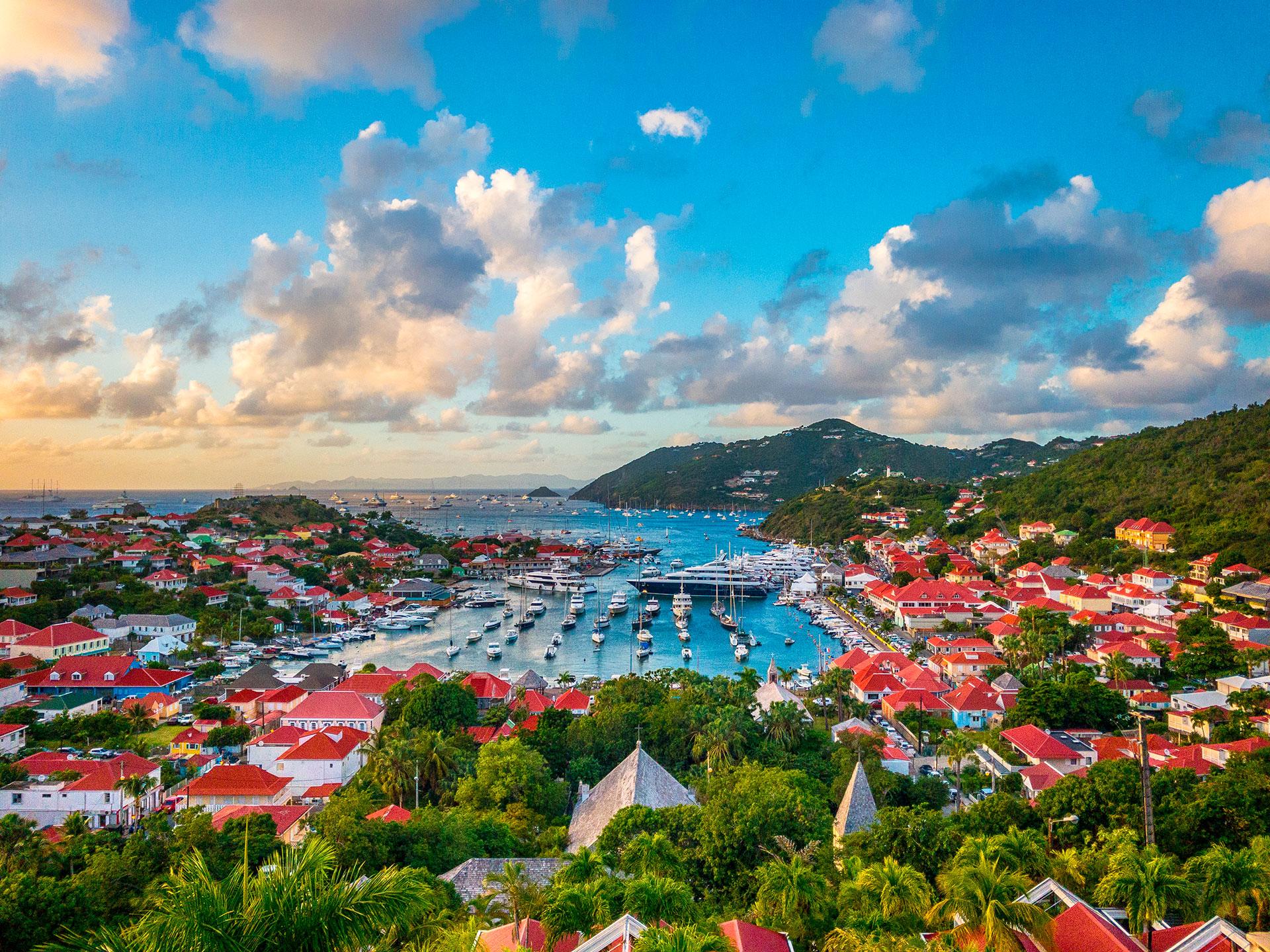 San Bartolomé es una isla de habla francesa en el Caribe conocida comúnmente como Saint Barth y famosa por sus playas de arena blanca y las tiendas de moda de diseñador. La capital, Gustavia, cuenta con un puerto lleno de yates, finos restaurantes y atracciones históricas, como el museo Wall House, que exhibe la historia colonial sueca de la isla