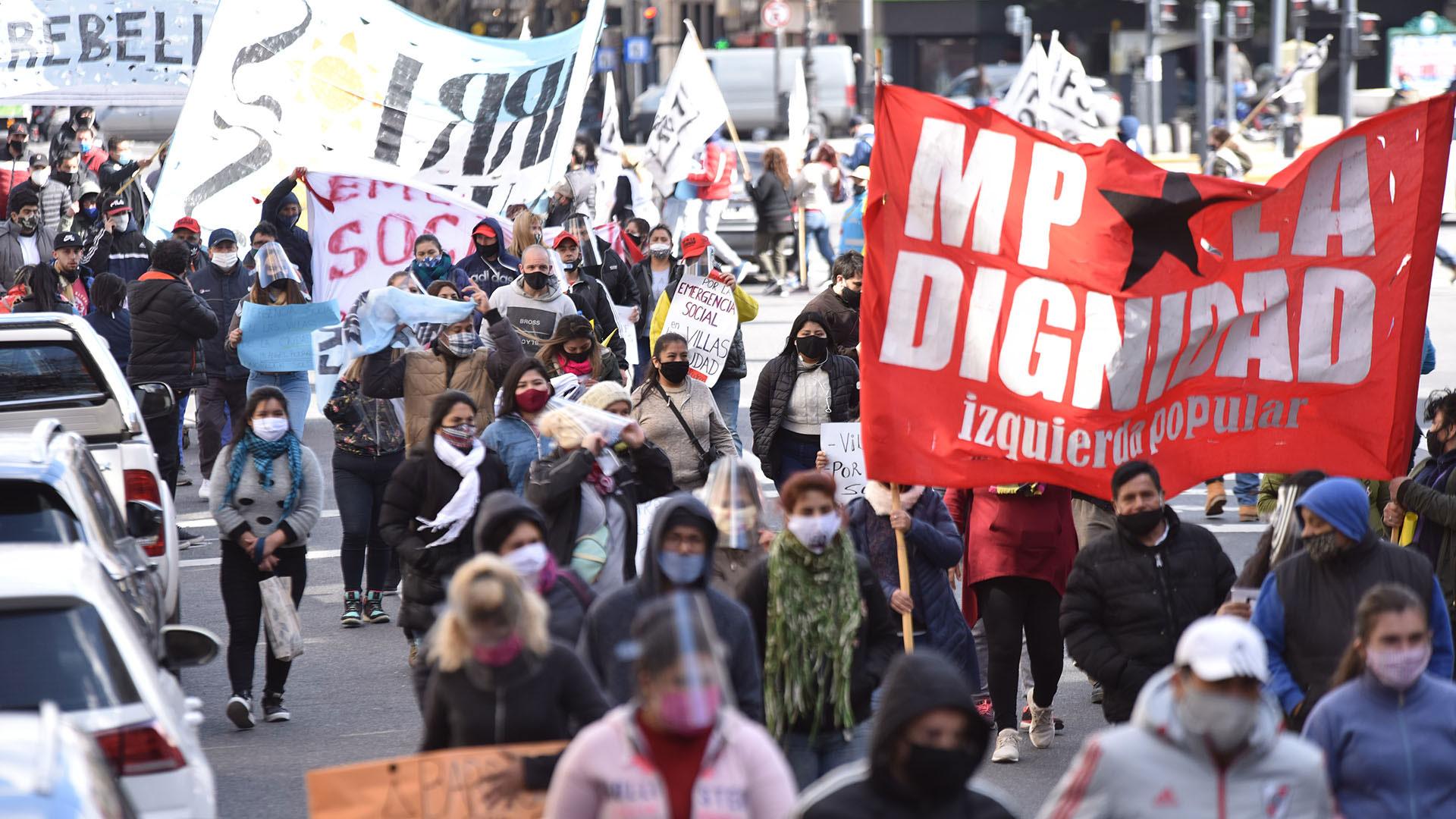 Un amplio grupo de personas que conforman la Corriente Villera Independiente marchó este mediodía en el centro porteño (Franco Fafasuli)