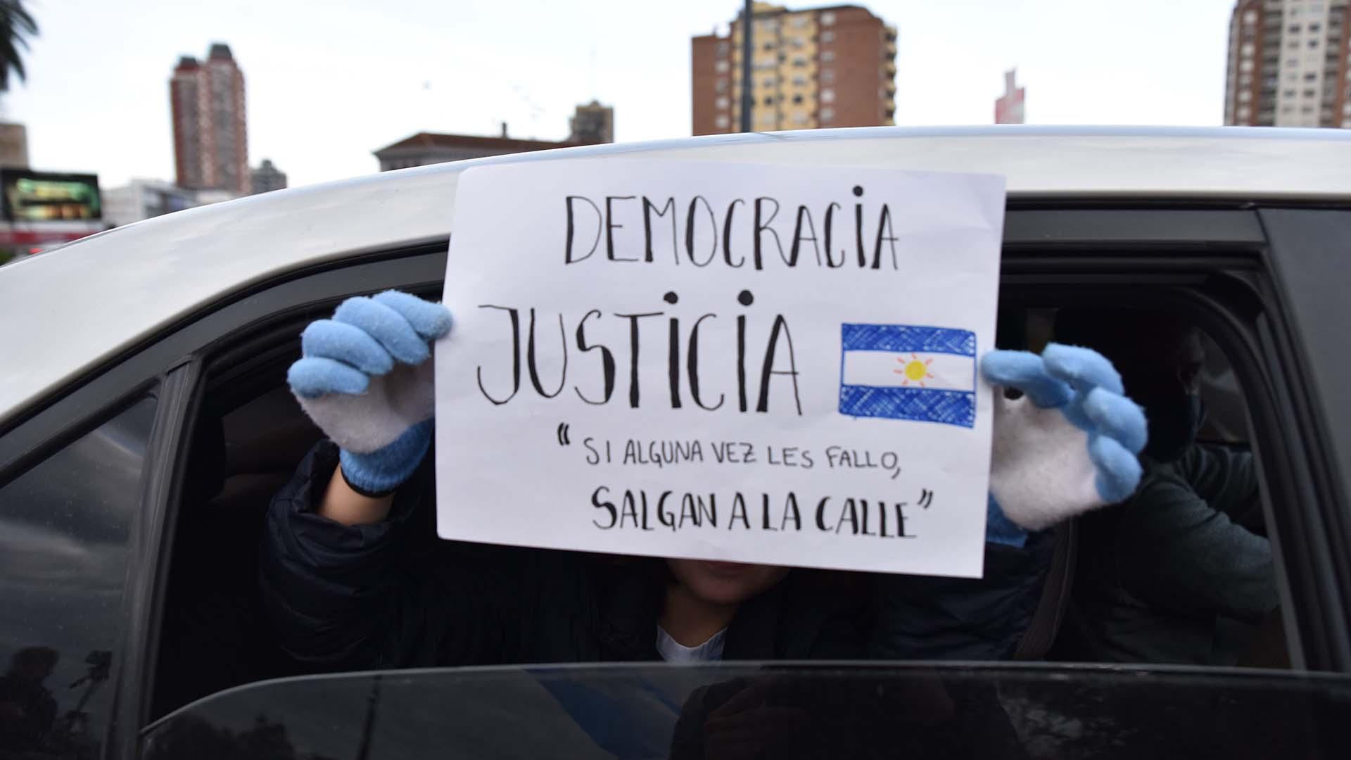 Desde el interior de un auto, una vecino rechaza el proyecto de expropiación de Vicentín y lo manifestó con un claro mensaje en un cartel hecho a mano