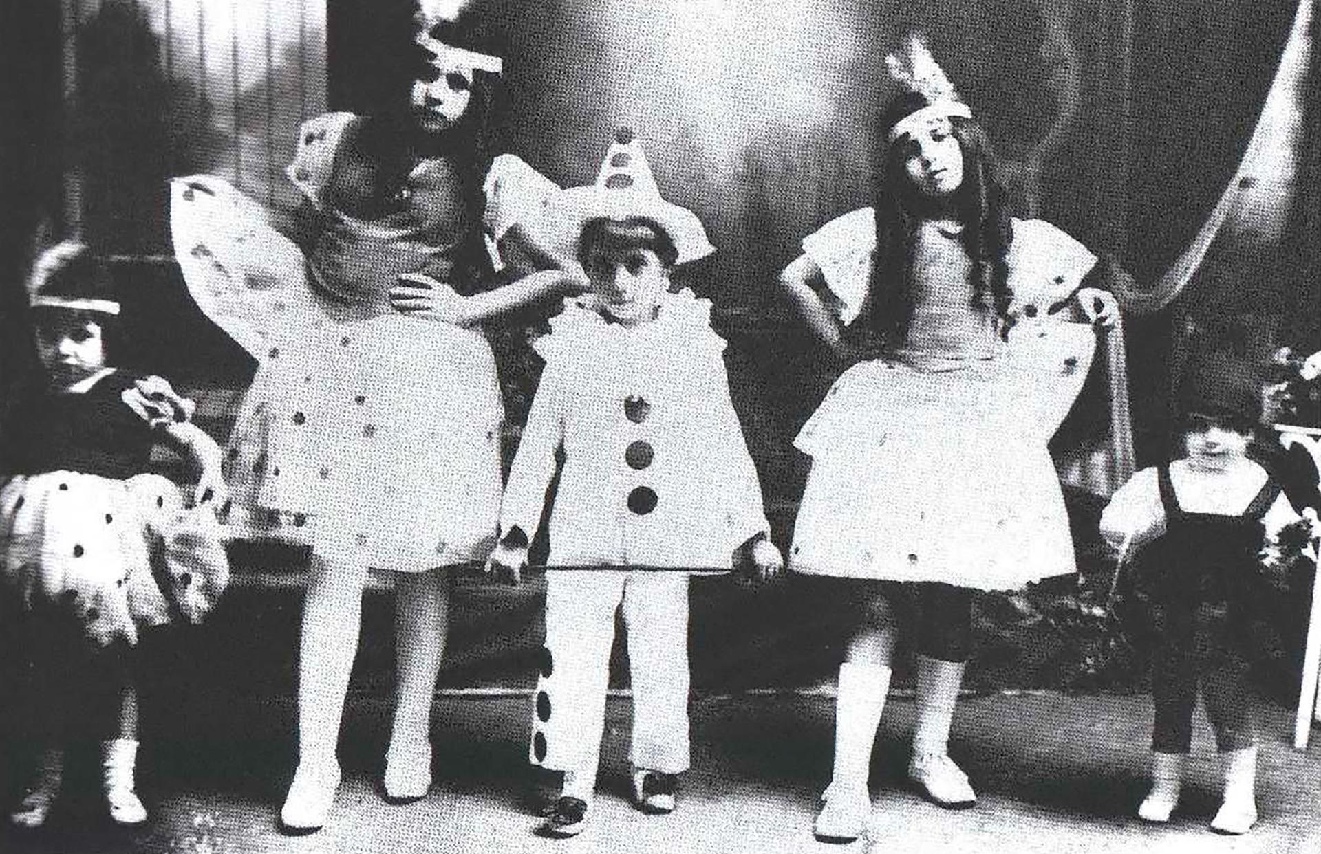 Evita (izq) con sus hermanos mayores en el carnaval de 1921. Eva fue la menor de los cinco hijos de Juana Ibarguren. Sus hermanos mayores eran: Elisa, Blanca, Juan y Erminda. Su padre era un patrón de estancias respetado, próspero, con una familia de ascendencia en Chivilcoy, donde residía su esposa legítima, Adela D'Huart, y donde el 8 de enero de 1926 murió a consecuencia de un siniestro vial. Eva tenía por entonces seis años