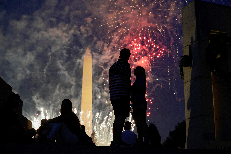 Una pareja se ve en medio de la celebración del día de la independencia