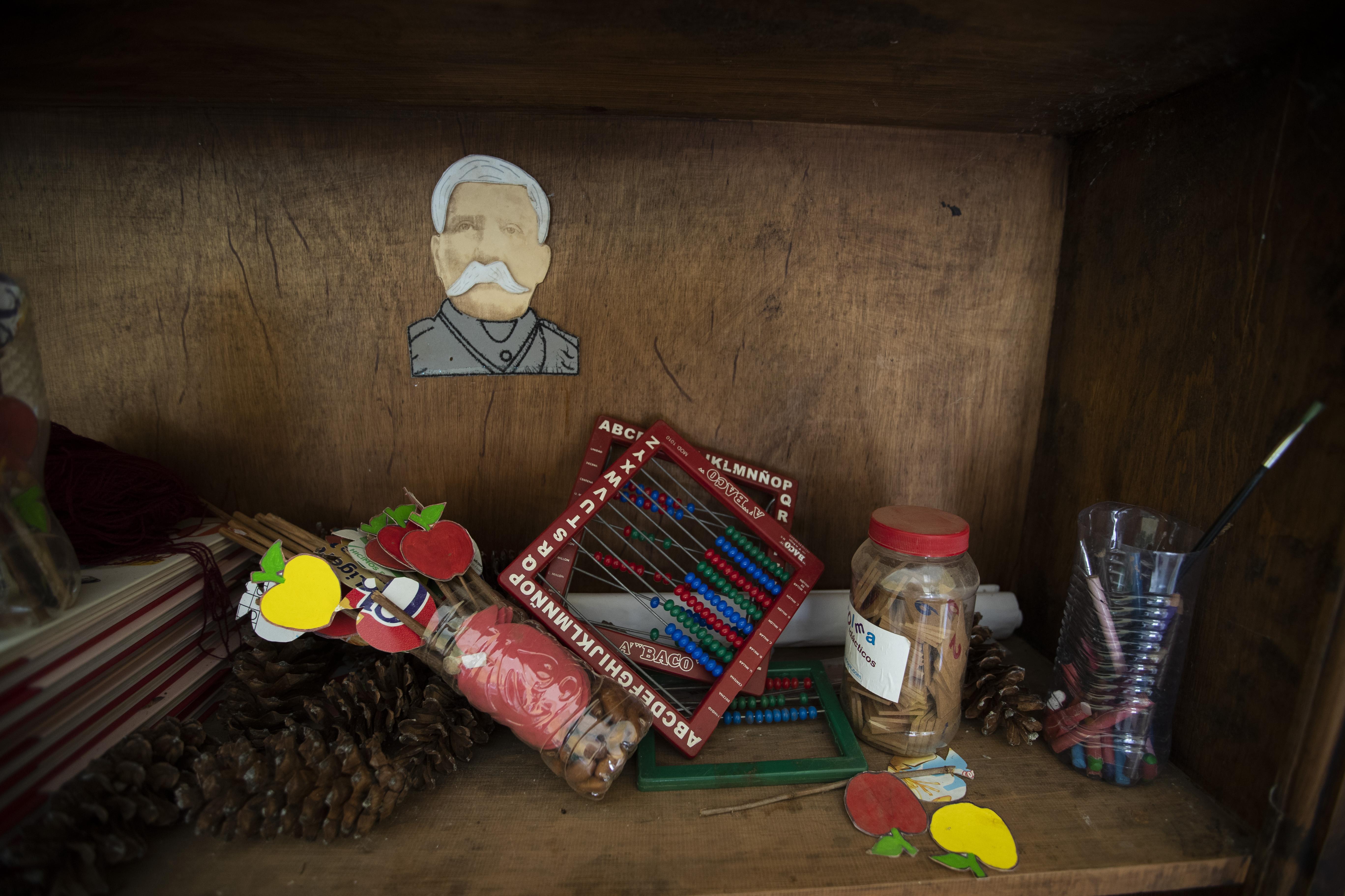 Los materiales escolares sin usar yacían en un estante decorado con una imagen del general Porfirio Díaz, quien fue presidente de México de 1848 a 1876, en una escuela en la comunidad de Nuevo Yibeljoj, estado de Chiapas, México, el viernes 11 de septiembre de 2020.