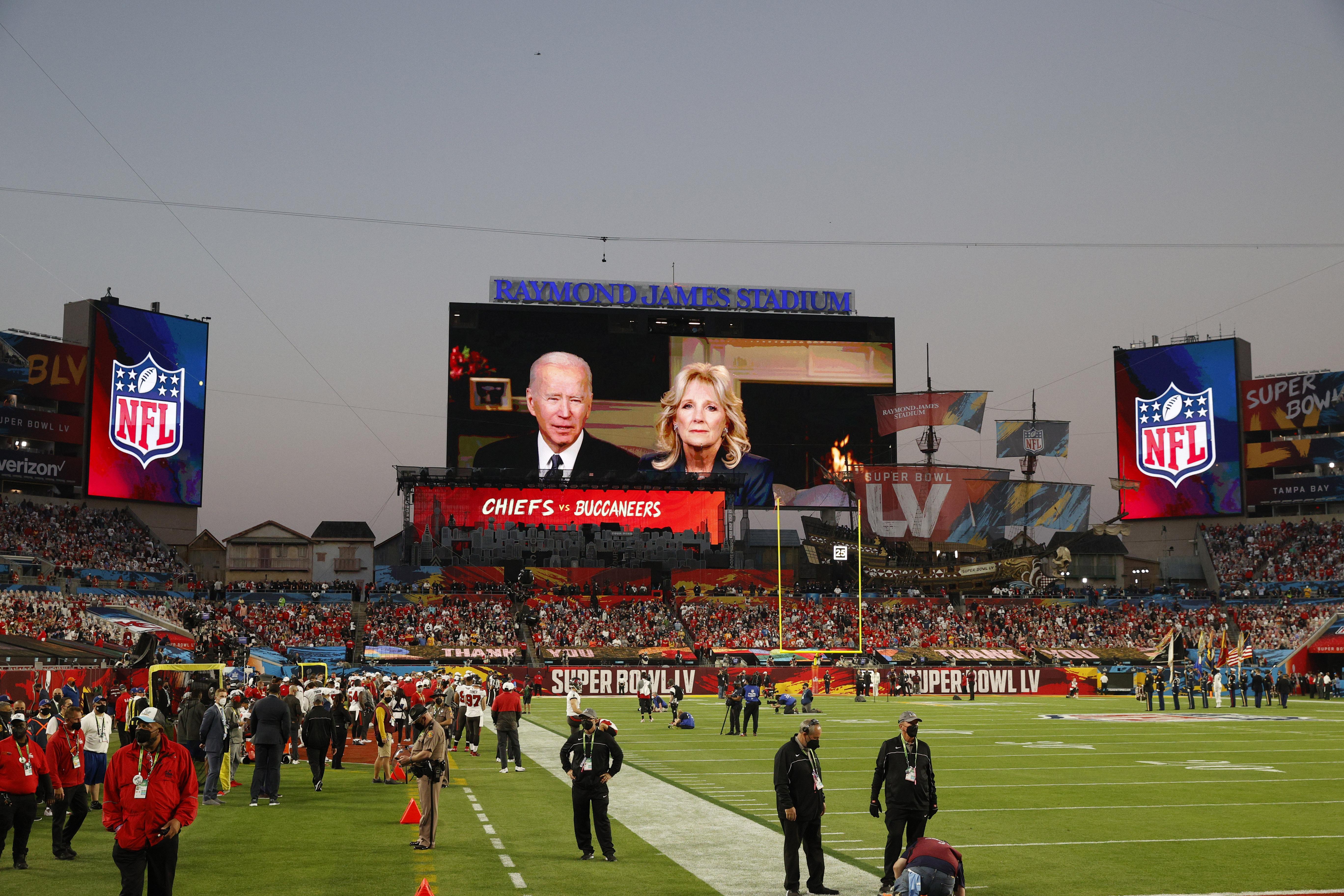 El presidente Joe Biden y la primera dama Jill Biden homenajearon a las víctimas del coronavirus en la previa