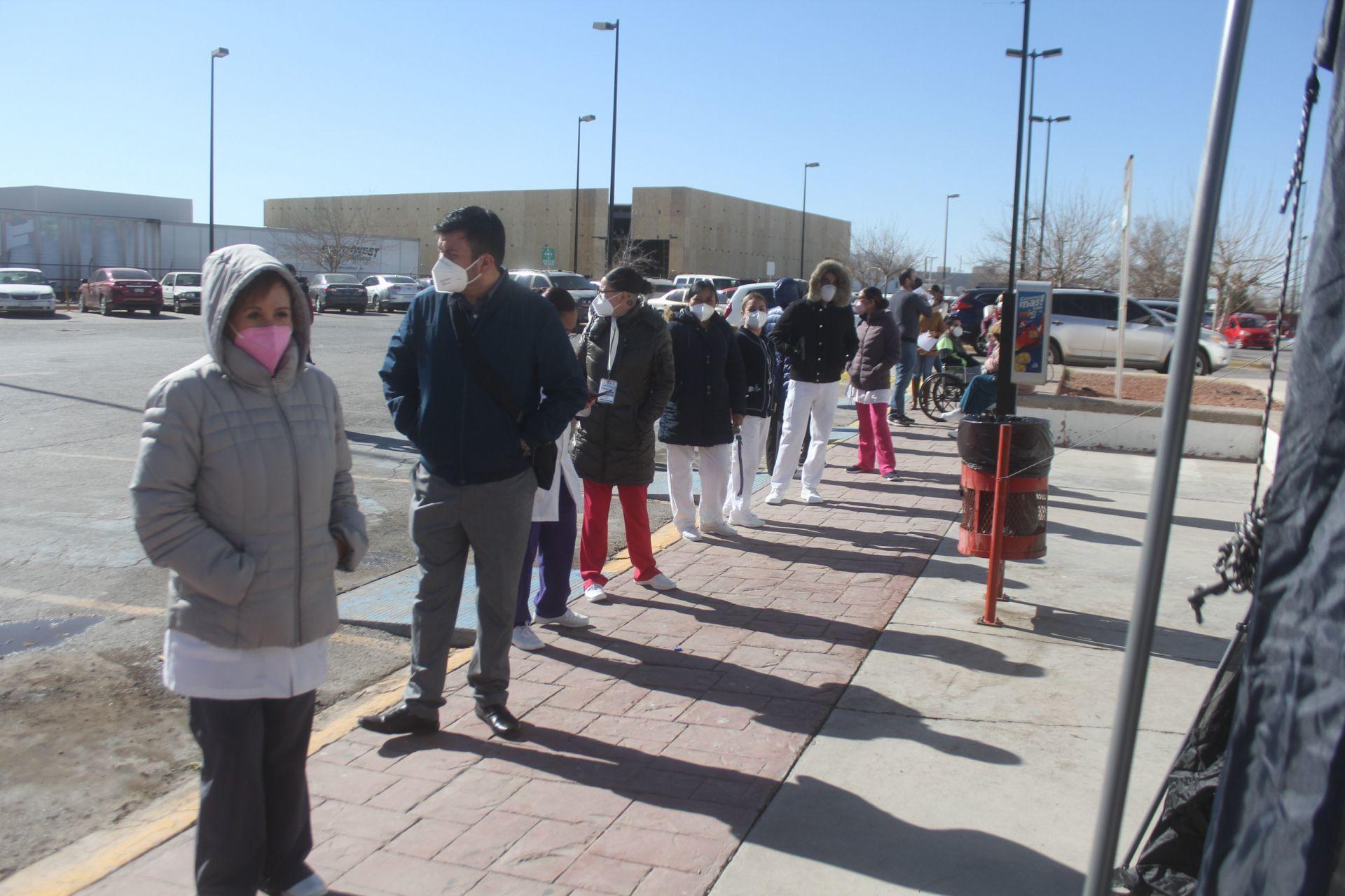 La vacunación en contra del covid-19 se lleva a cabo al interior del Hospital de la Mujer, hasta donde ha llegado personal de salud de primera línea para ser inmunizados contra el virus. Un total de14 mil 625 dosis de la vacuna Covid-19comenzaron a aplicarse en el estado y se ha informado que la será además en otros nosocomios de la ciudad como el IMSS 6, 66 y 35. Ciudad Juárez, México. 13 de enero de 2021.