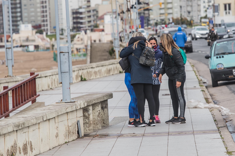 ¡Tarjeta amarilla! Estas chicas no respetaron el distanciamiento social que pidió el municipio para autorizar la apertura de actividades que hasta ayer estaban prohibidas.