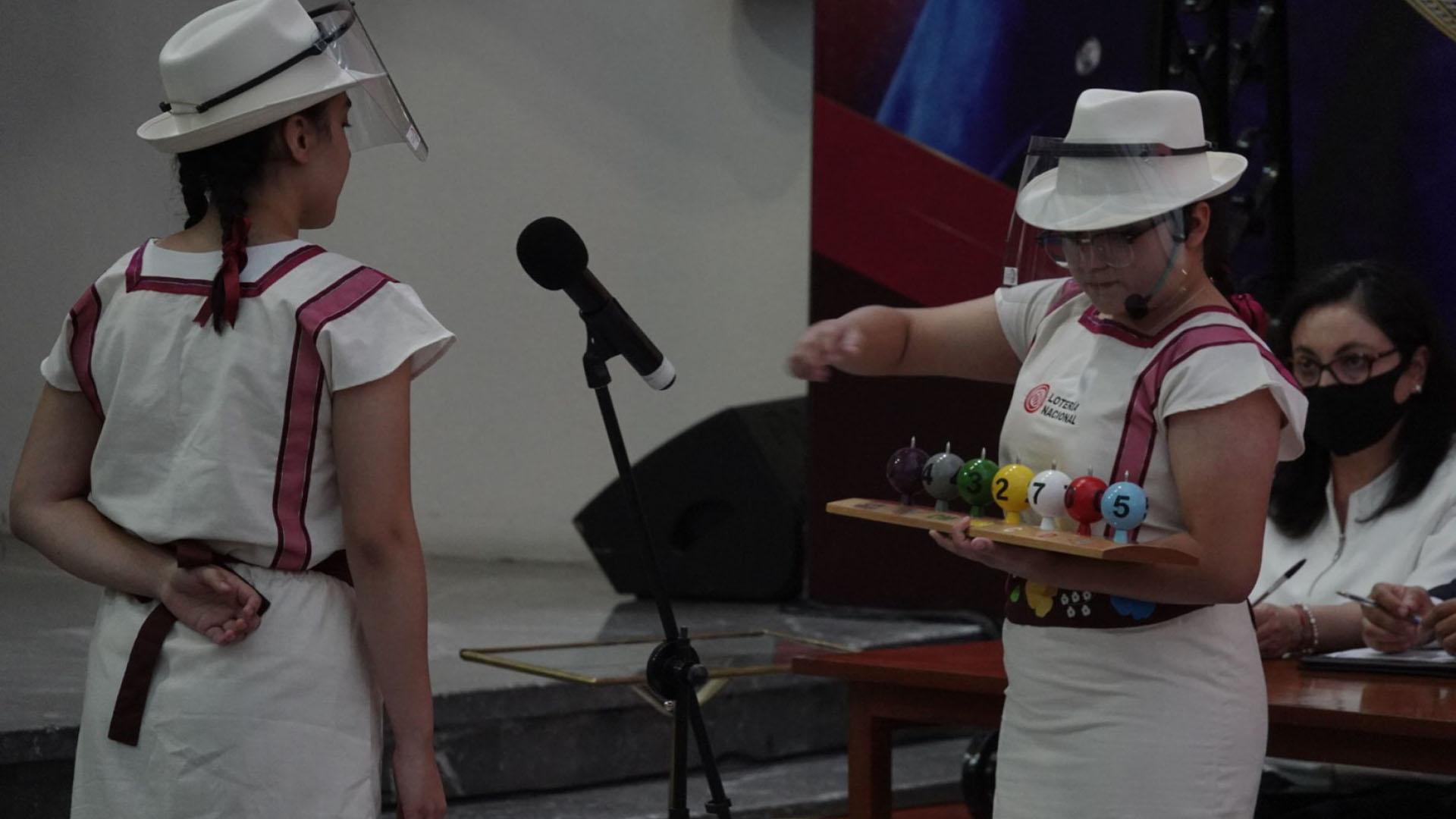Los tradicionales niños gritones de la Lotería Nacional participaron dando los números ganadores del sorteo (Foto: Cuartoscuro)