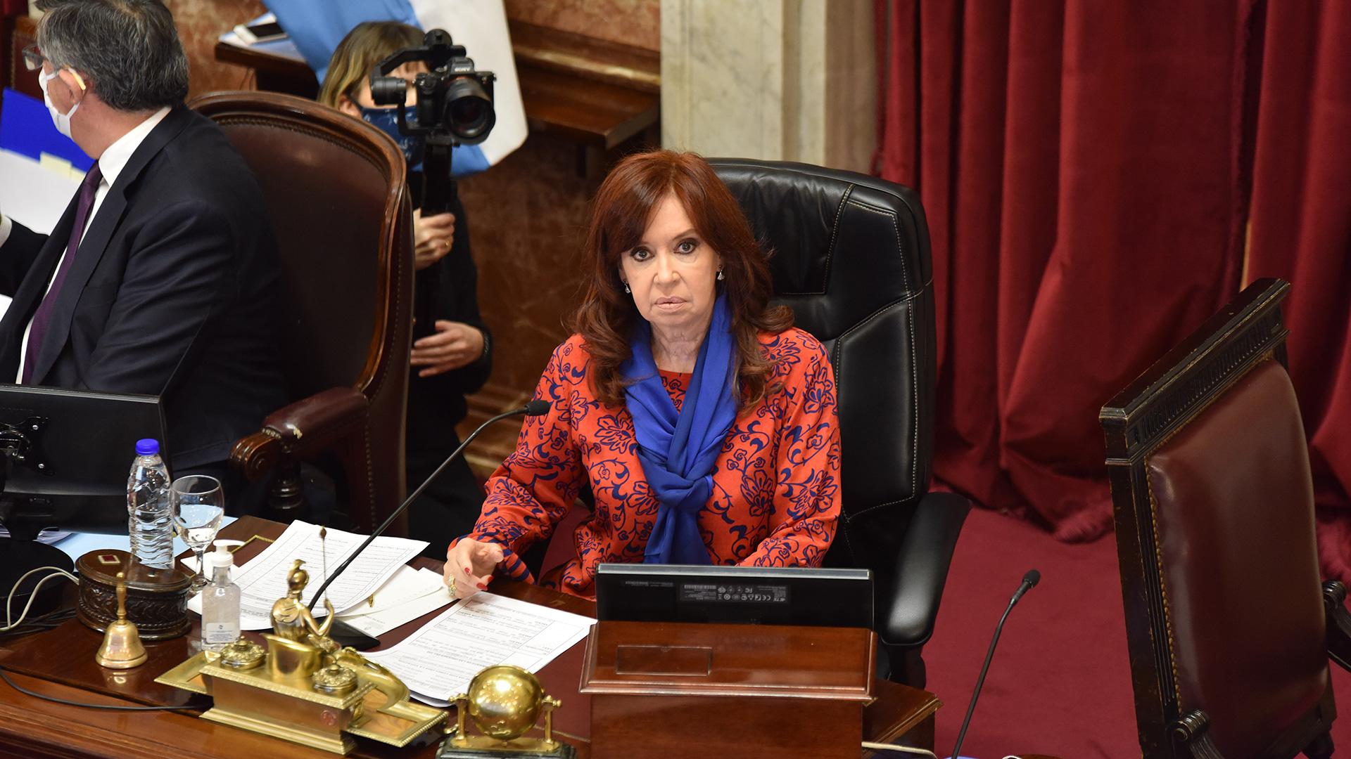 El 13 de mayo, el Senado tuvo su primera sesión virtual de la historia. Presidida en forma presencial por Cristina Fernández de Kirchner, se aprobaron una veintena de decretos de necesidad y urgencia dictados por el Gobierno. El debate se extendió durante cinco horas y media.