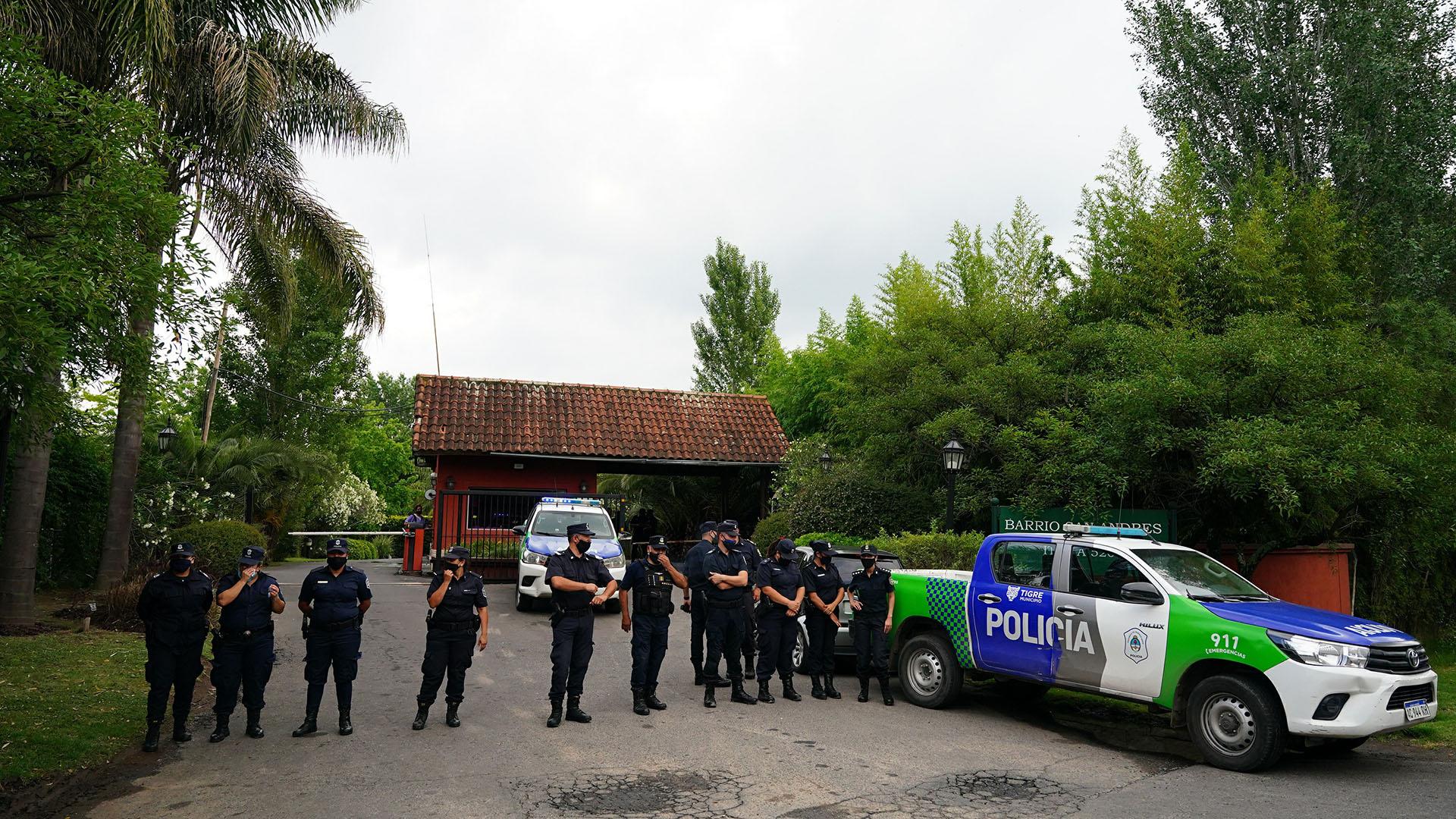 El operativo policial en el barrio privado donde residía (Franco Fafasuli)