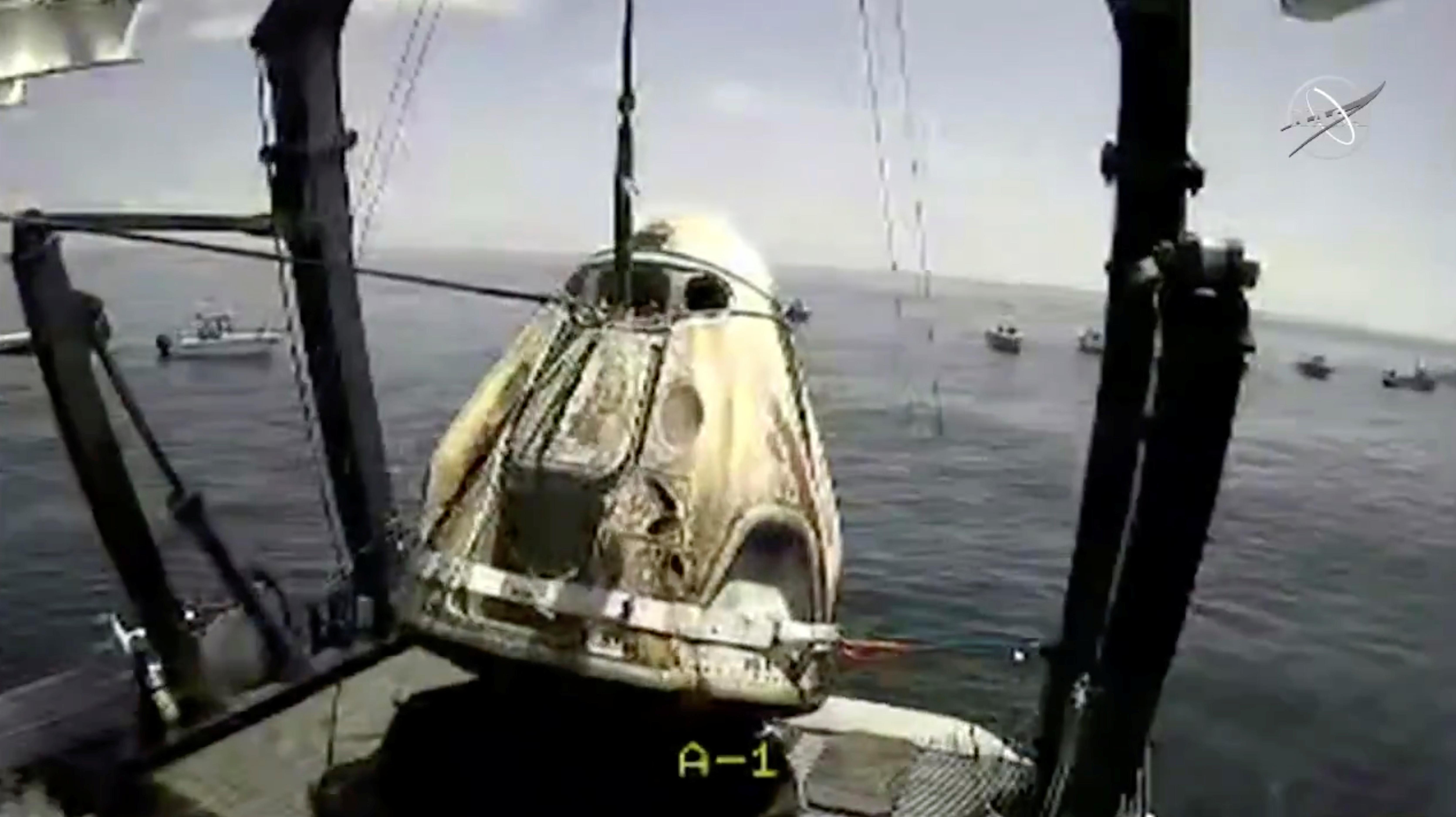 La cápsula con los astronautas de la NASA Robert Behnken y Douglas Hurley es levantada del agua en el Golfo de México (NASA/Handout via REUTERS)