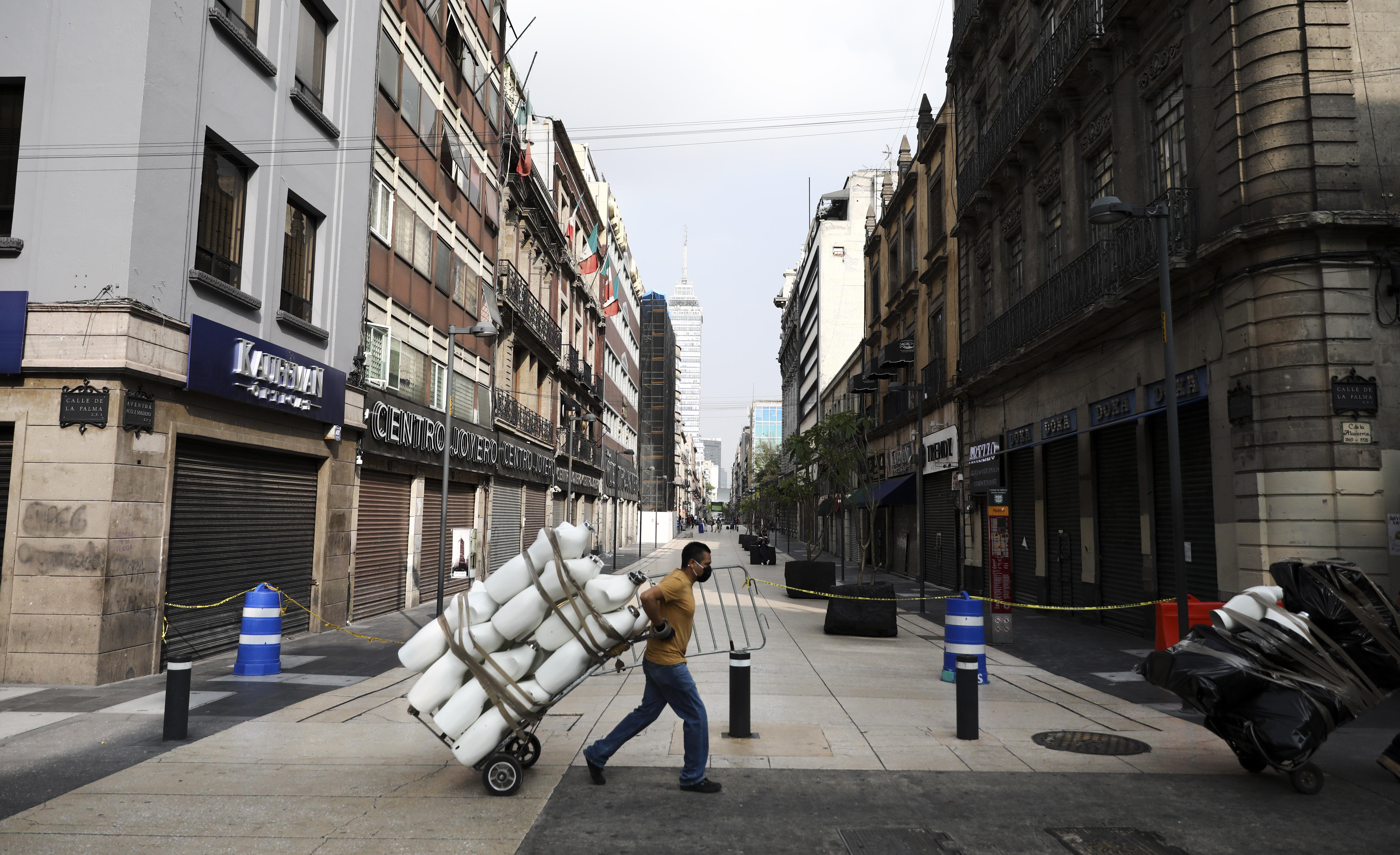 Un hombre lleva maniquíes en la Ciudad de México, el lunes 29 de junio de 2020. (Foto: AP / Eduardo Verdugo)