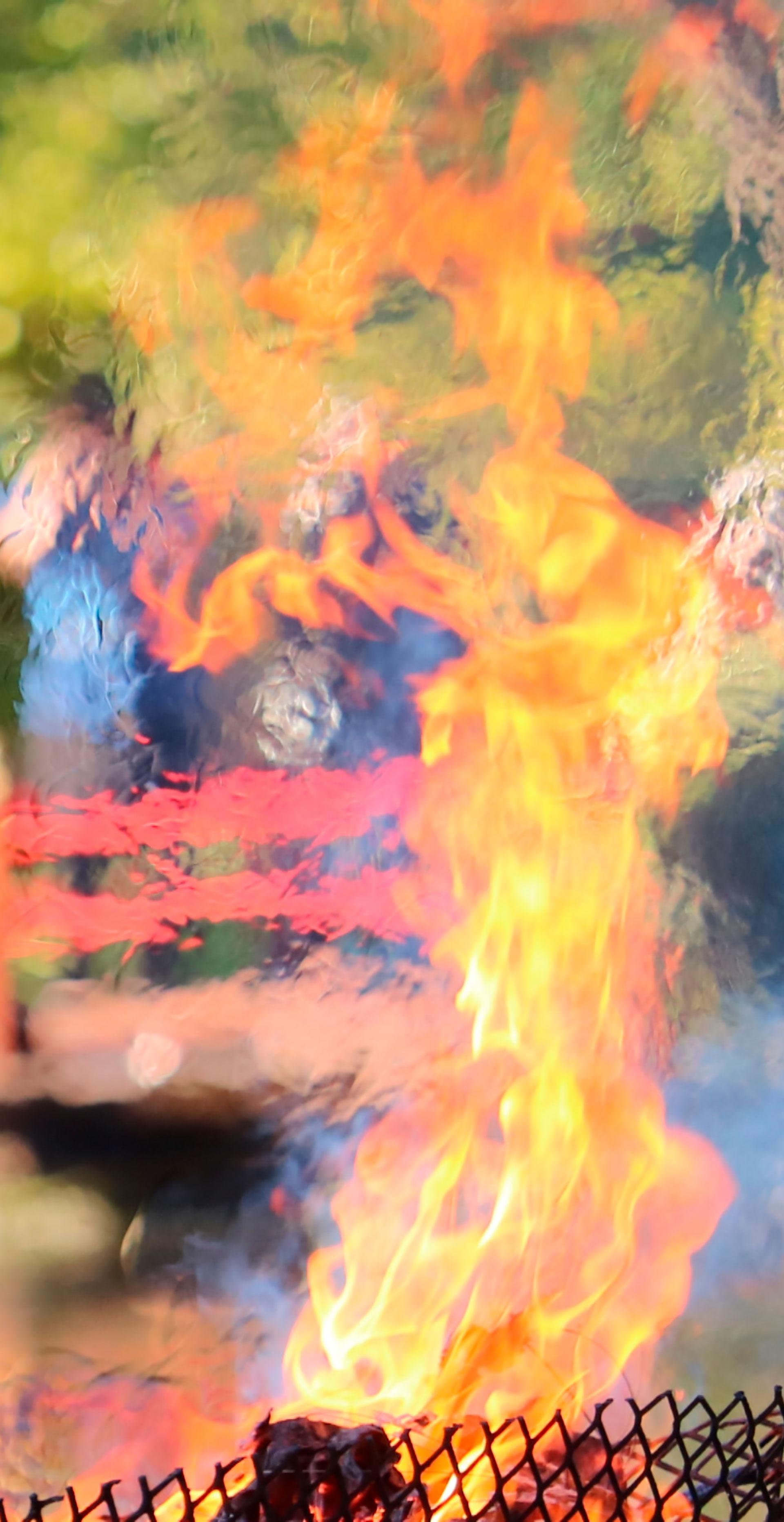 Por último, el maestro de ceremonia enciende con una antorcha el Daruma para que el fuego transmute lo negativo en positivo y el humo lleve la plegaria al cielo. (Gentileza Jardín Japonés)