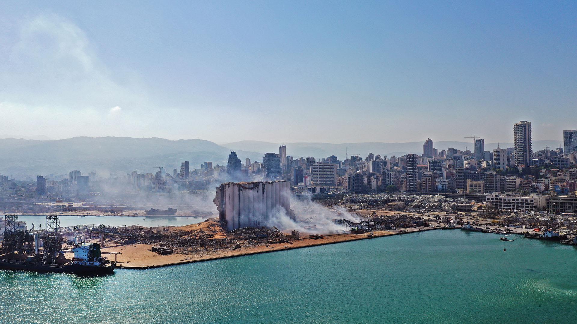 Una vista aérea muestra el daño masivo hecho a los silos de granos del puerto de Beirut y el área de influencia. Los equipos de rescate continúan buscando entre los escombros (Foto por Anwar AMRO / AFP)