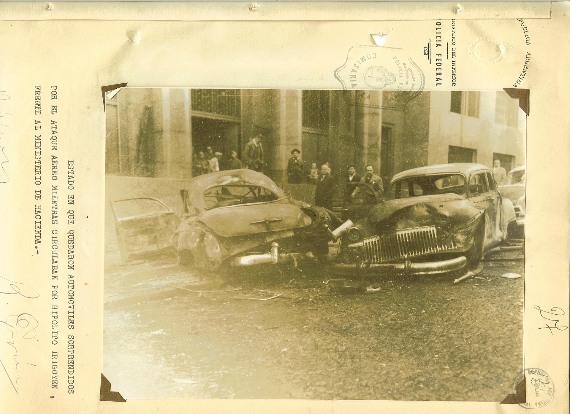 Dos autos destruidos. Otra consecuencia del intento de golpe de Estado contra Juan Domingo Perón.