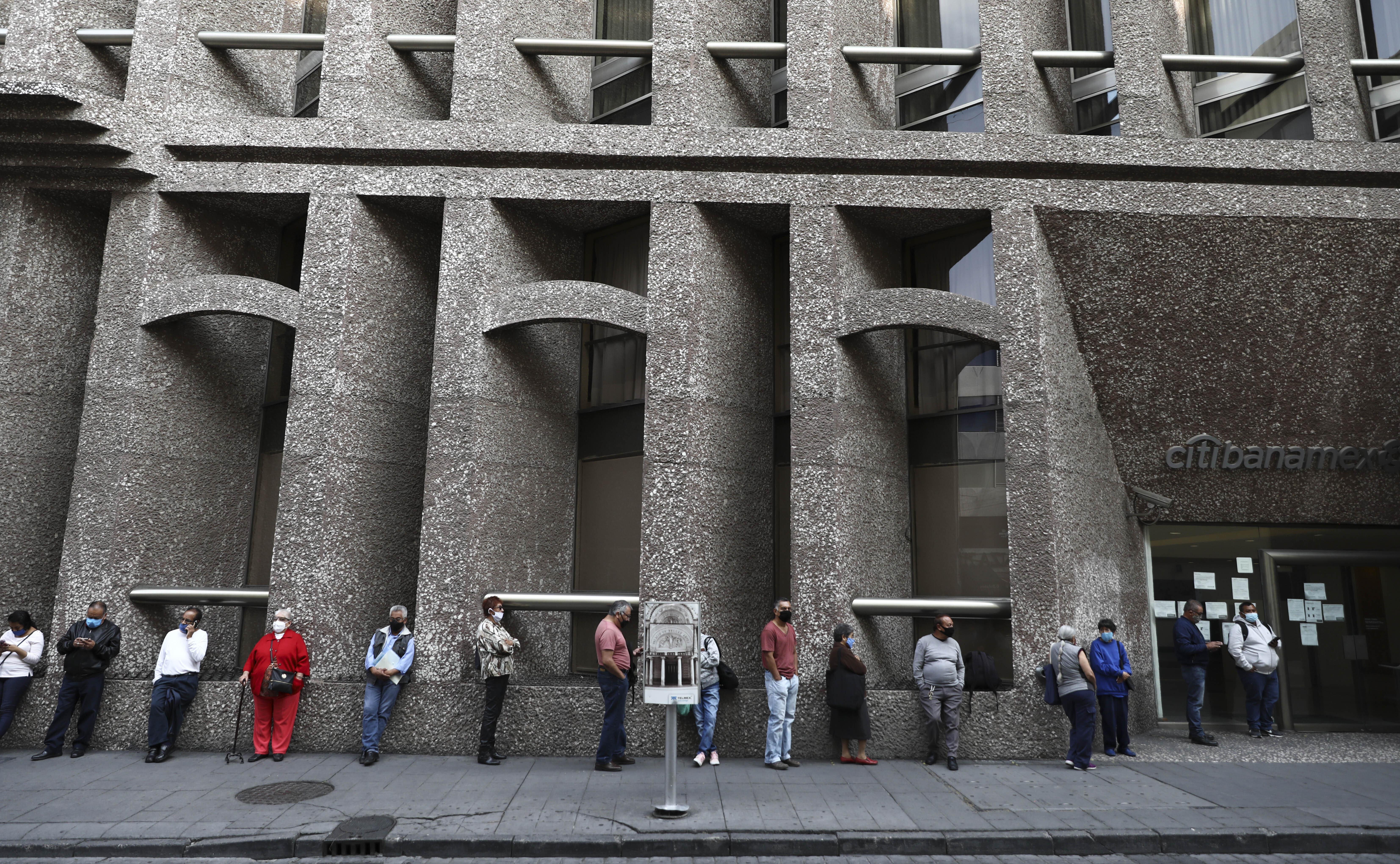 Los clientes del banco mantienen su distancia para ayudar a frenar la propagación del nuevo coronavirus, mientras hacen cola frente a un banco en la Ciudad de México, el lunes 29 de junio de 2020. (Foto: AP / Eduardo Verdugo)