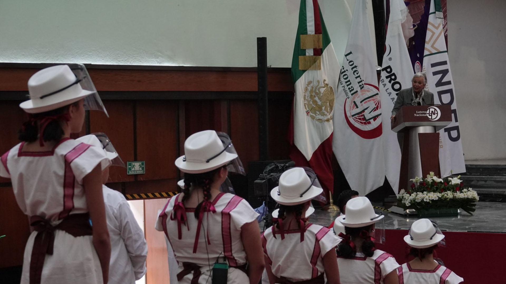 Olga Sánchez Cordero, secretaria de Gobernación, durante el Sorteo del avión presidencial que se llevó a cabo en el edificio de la Lotería Nacional (Foto: Cuartoscuro)