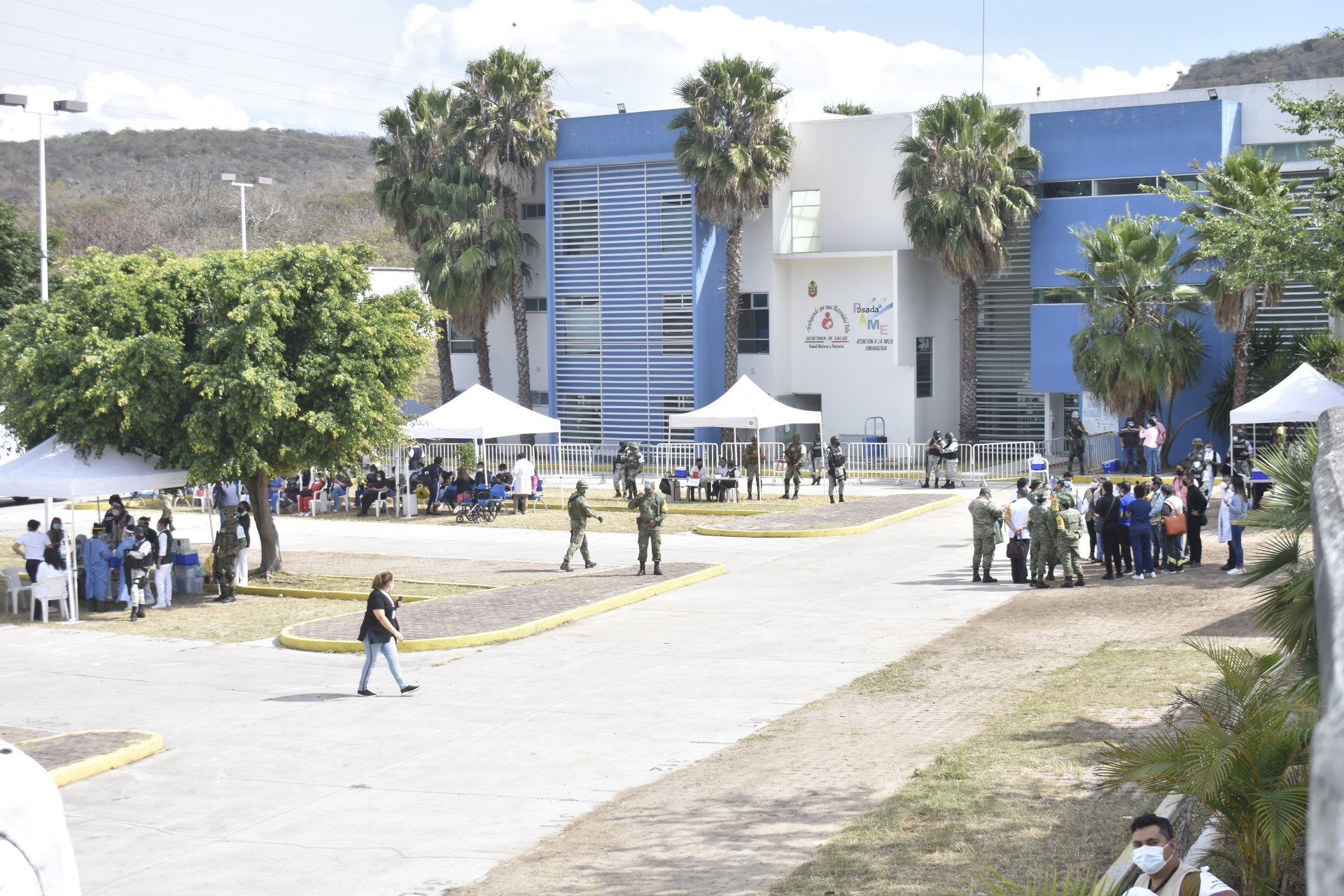 Con vigilancia del ejército y Guardia Nacional inició este miércoles la aplicación de vacunas anticovid al personal médico que se encuentra en la primera línea de combate a la pandemia en los centros Covid de Guerrero, en Chilpancingo la vacunación se realizó en el hospital general Raymundo Abarca Alarcón. 13 de enero de 2021.