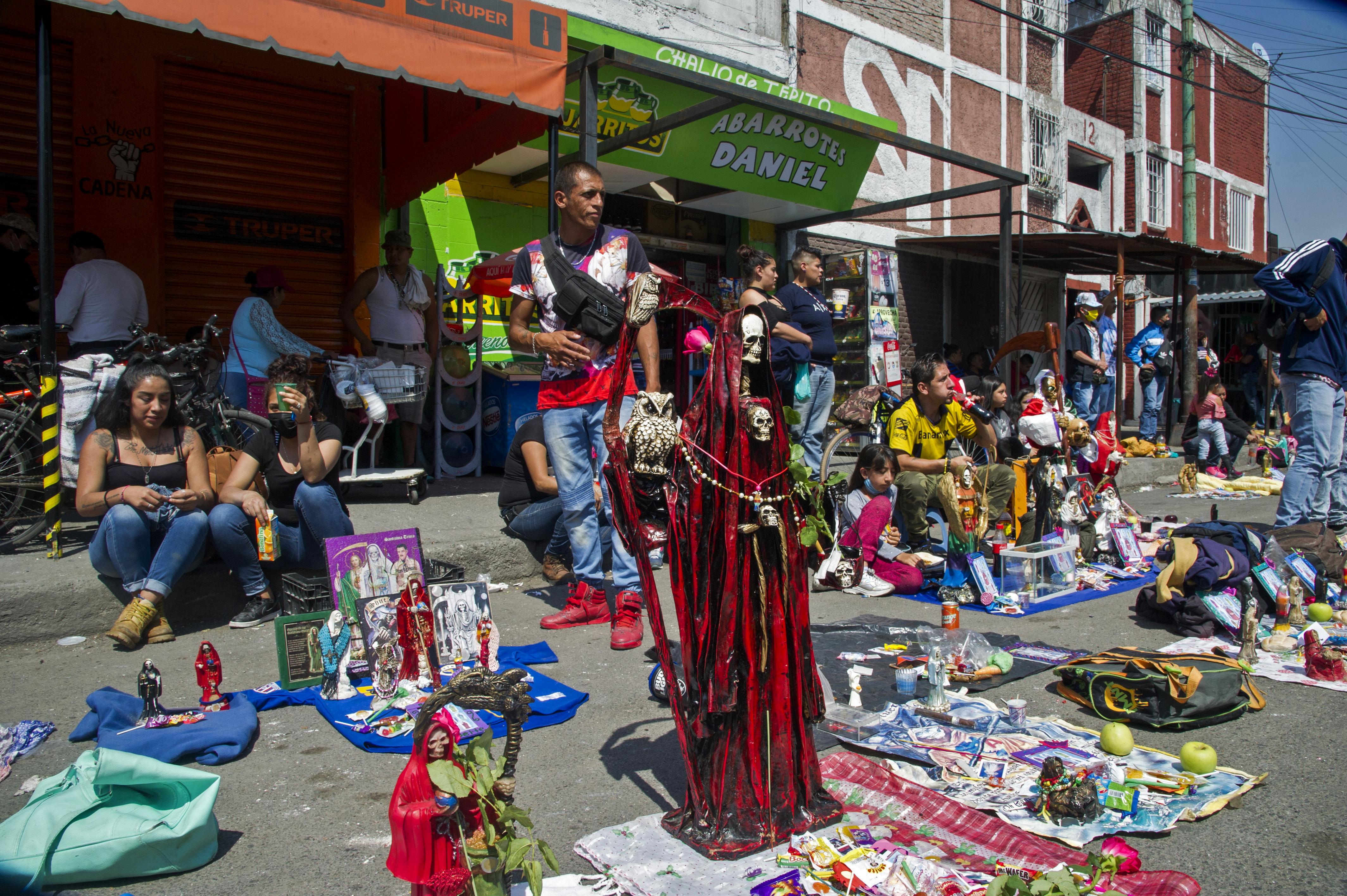 Figuras de la Santa Muerte colocadas por los devotos junto a su santuario en la calle Alfarería, en el barrio Tepito, de la Ciudad de México, el 1 de octubre de 2020