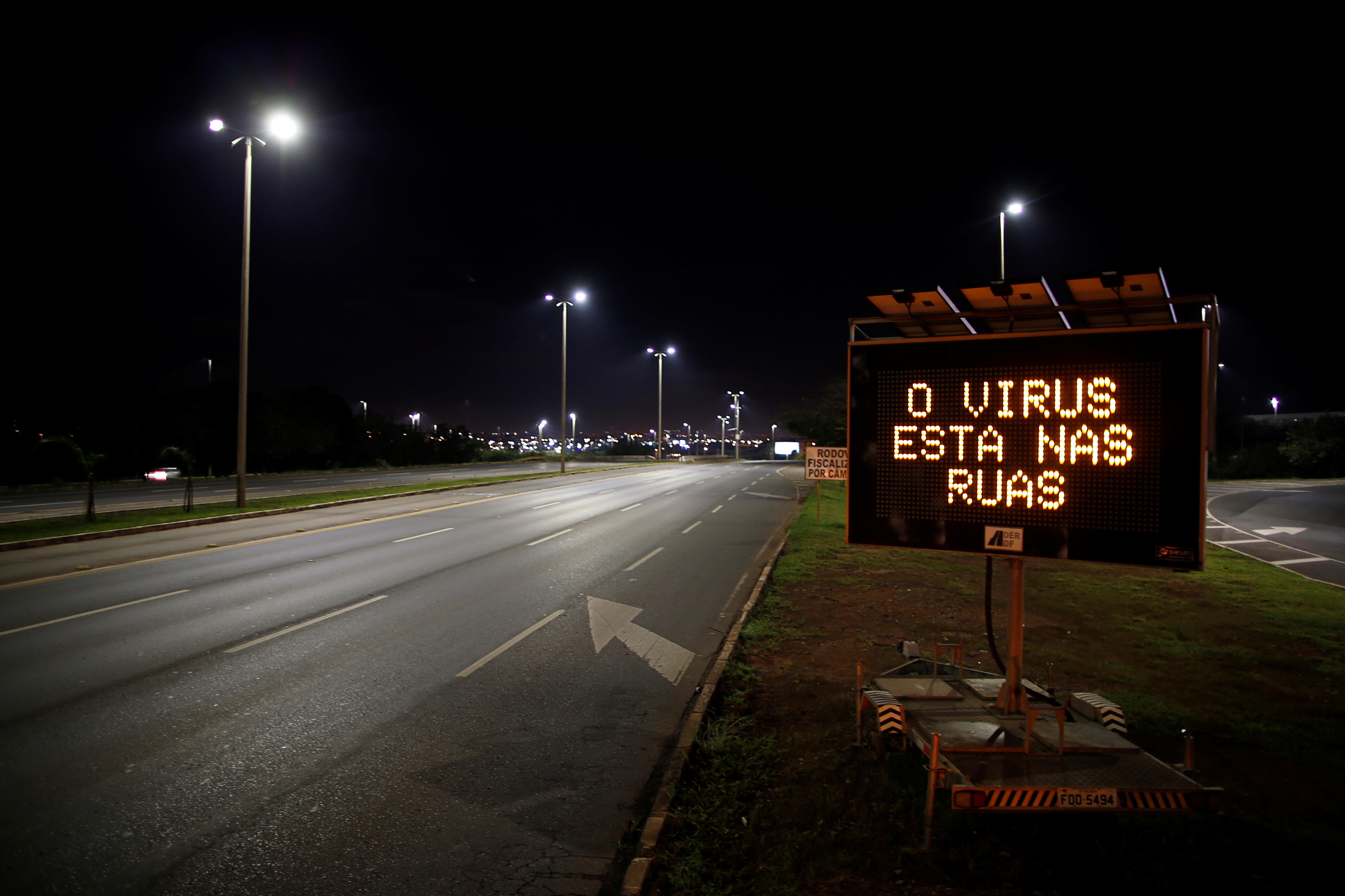 Una señalética de tránsito hace referencia al nuevo coronavirus en Brasilia, Brasil (REUTERS/Ueslei Marcelino)